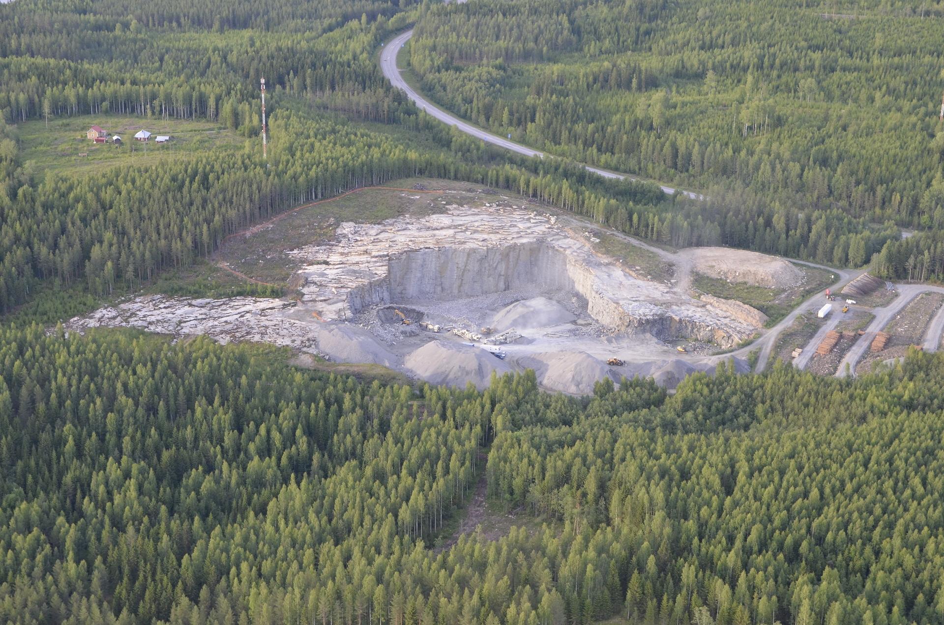 Kalliomurskeen louhos Petomäen kupeella.