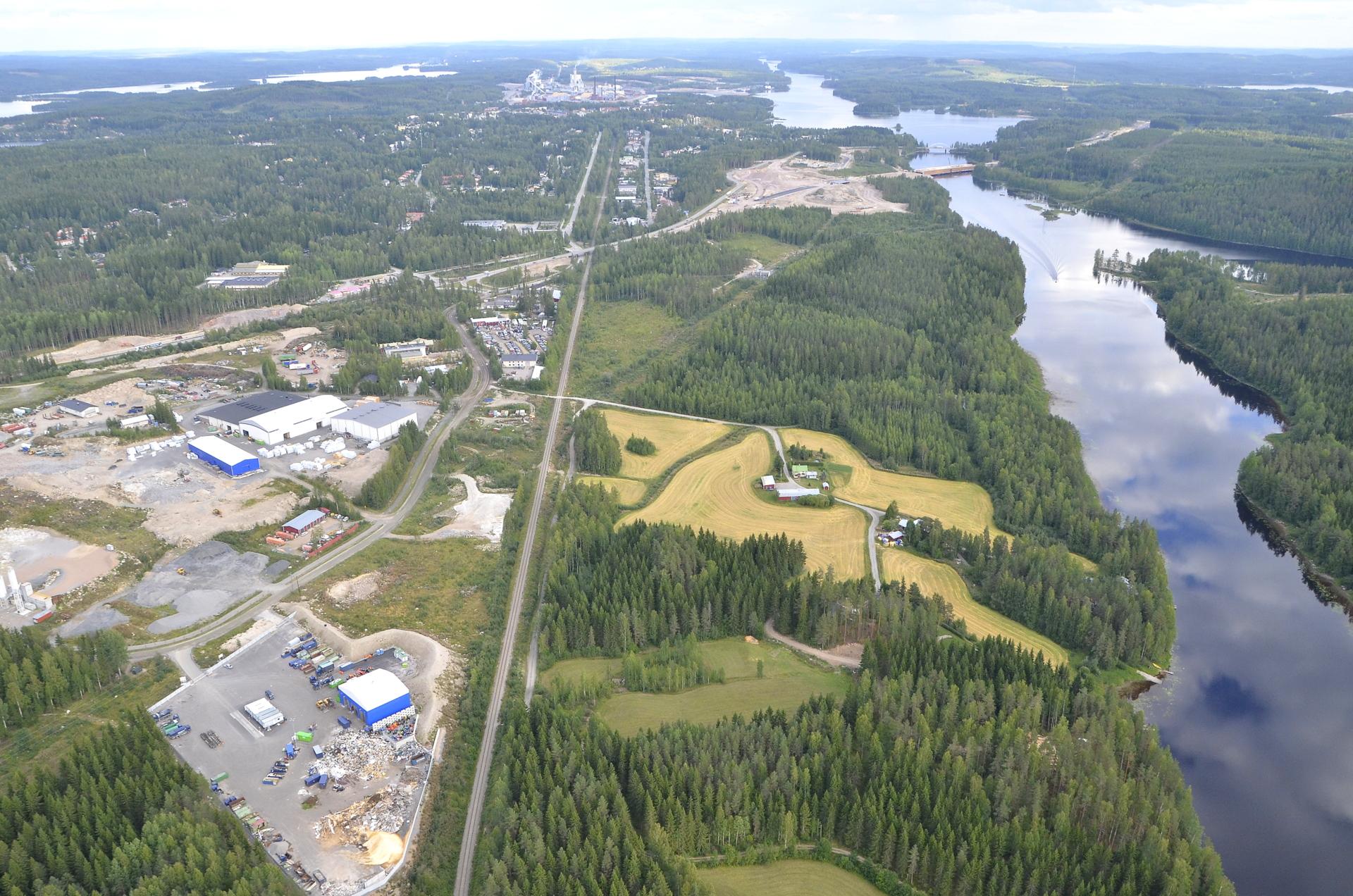 Koukkuniemen teollisuusalue ja pitkä suora vesireitti kohti Päijännettä.