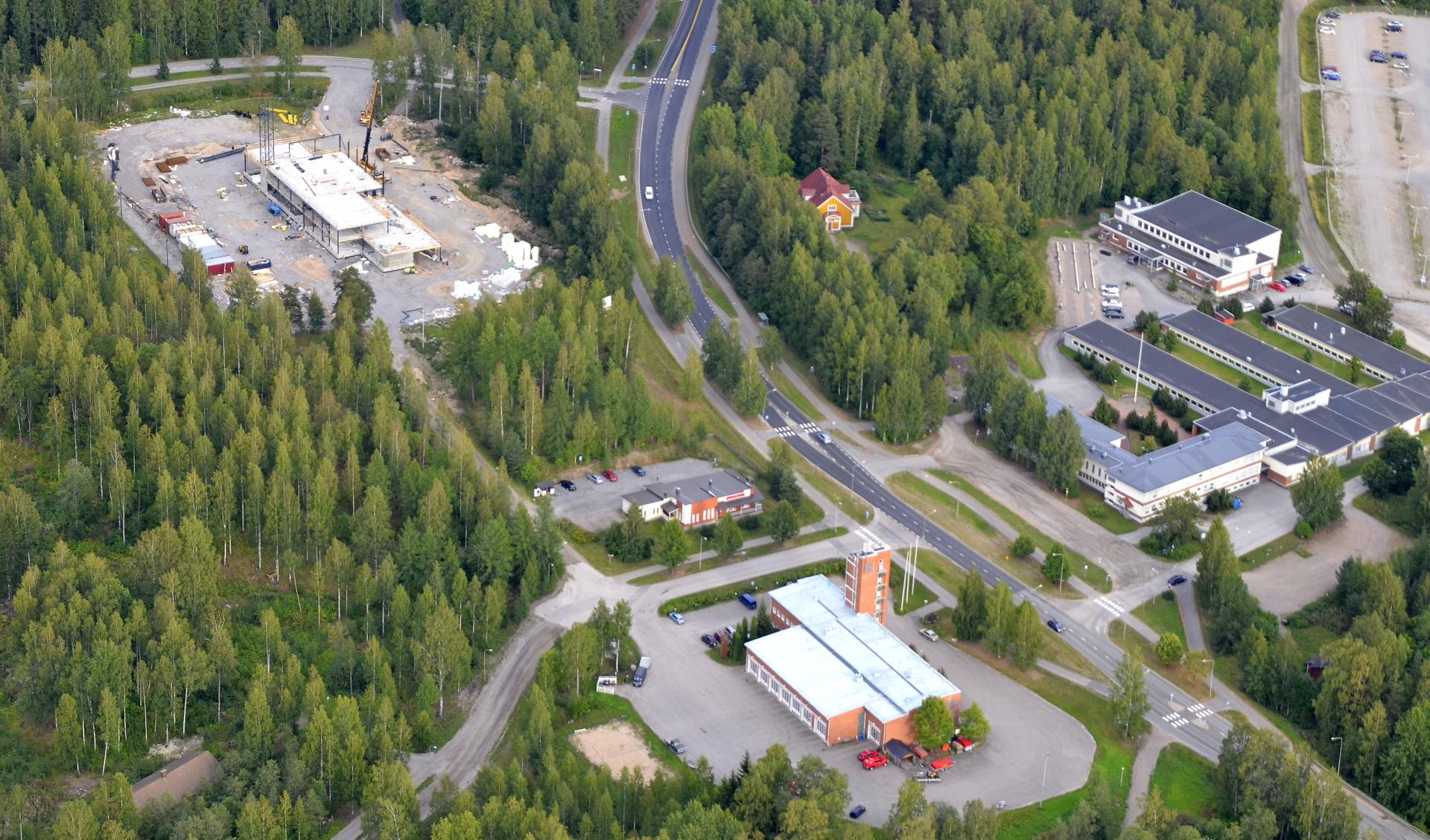 Uusi ja vanha paloasema, oikealla Hiskinmäenkoulu.