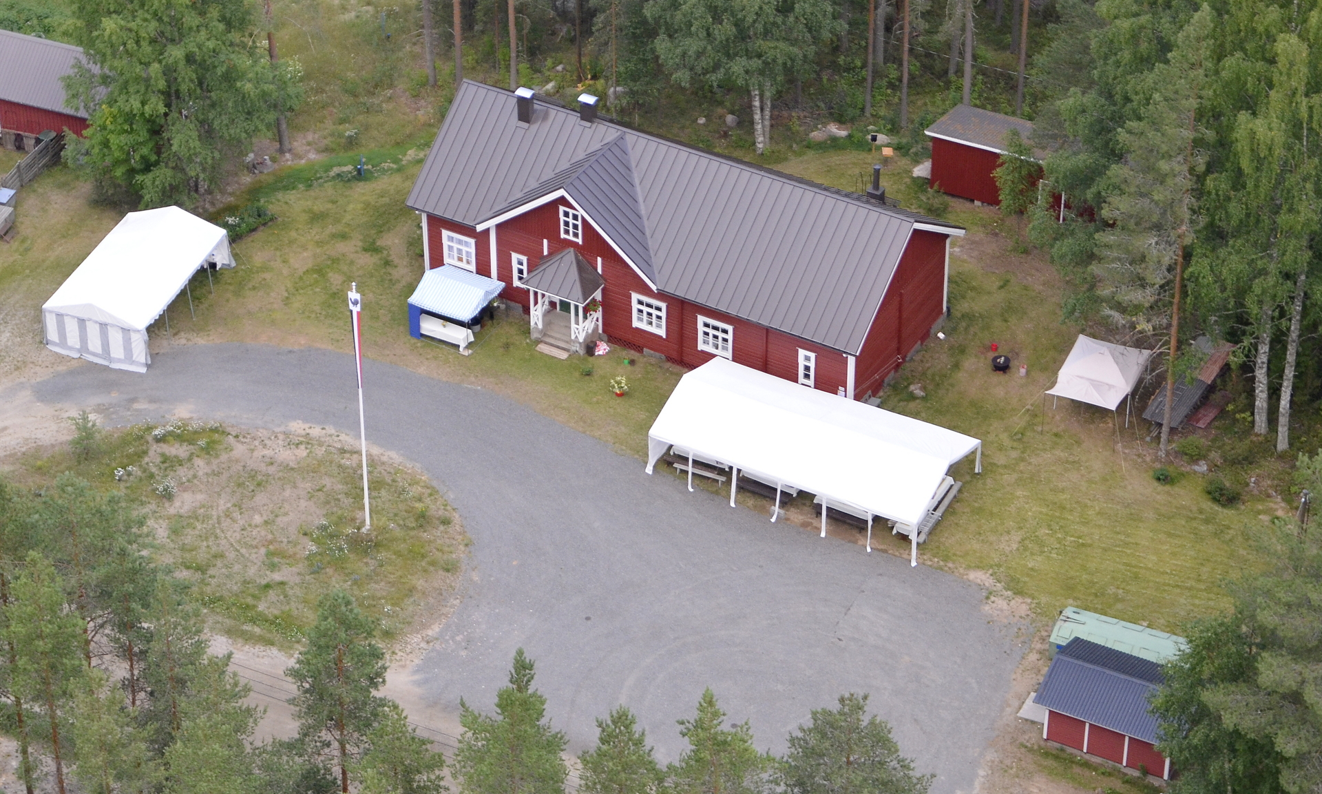Pasala Viitakankaan kyläseuran talo kunnostettuna valmiina kyläjuhlaan ja kyläkirjan julkistukseen.