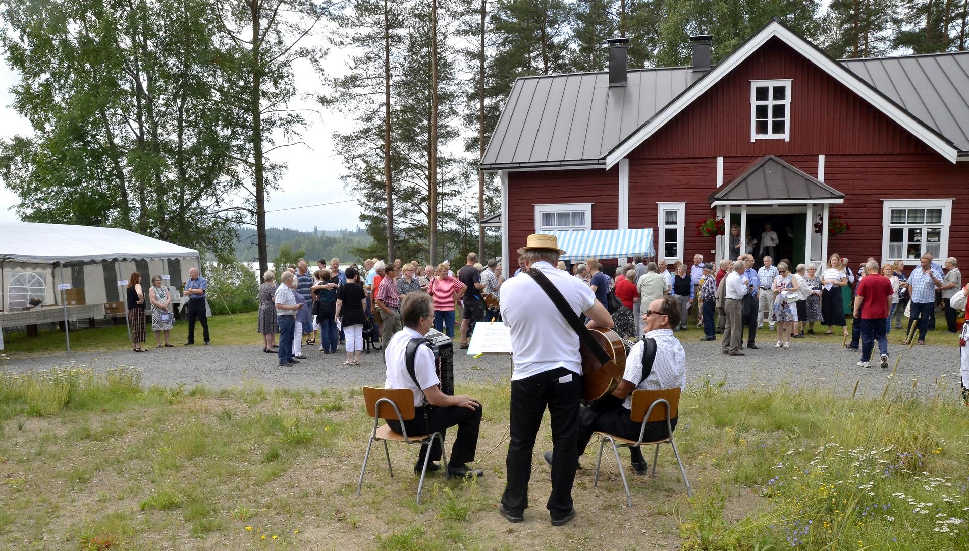 Juhla avattiin yhteislaullulla Kolimajärven valssi.