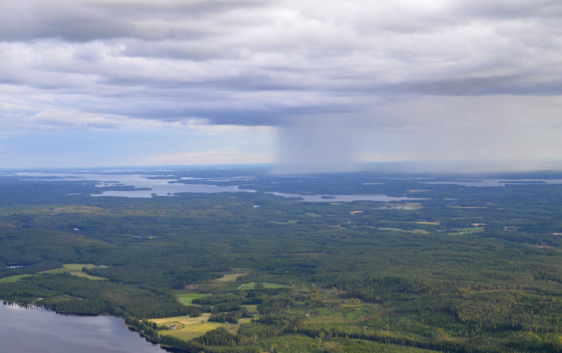 Pitkien helteiden lopuksi tuli ukkoset ja pilvet vuotaa vuolaasti vettä. Tuo sade on hieman Viitasaaren keskustan eteläpuolella