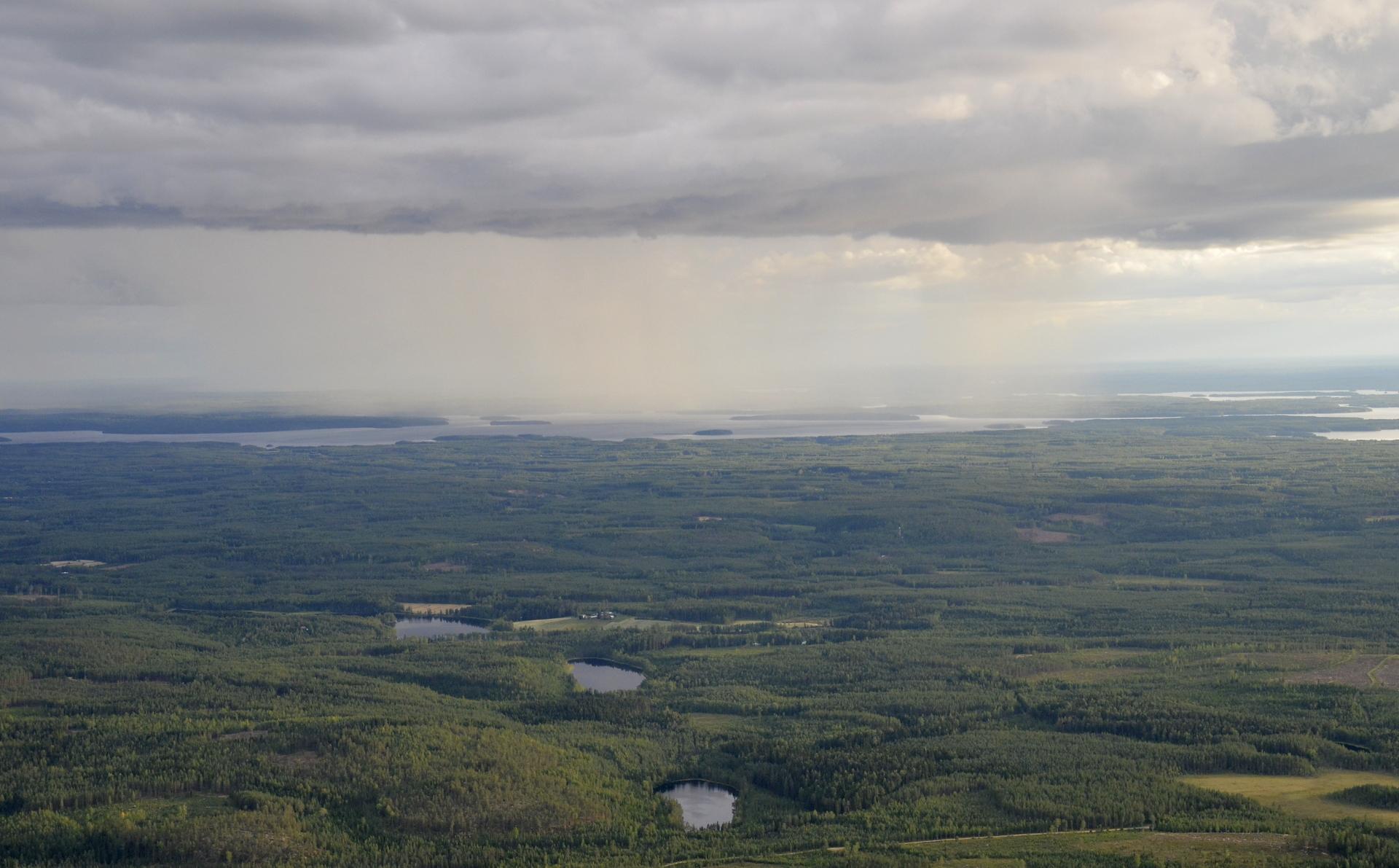 Tämä sadekuuro on Pihkurinselän päällä.
