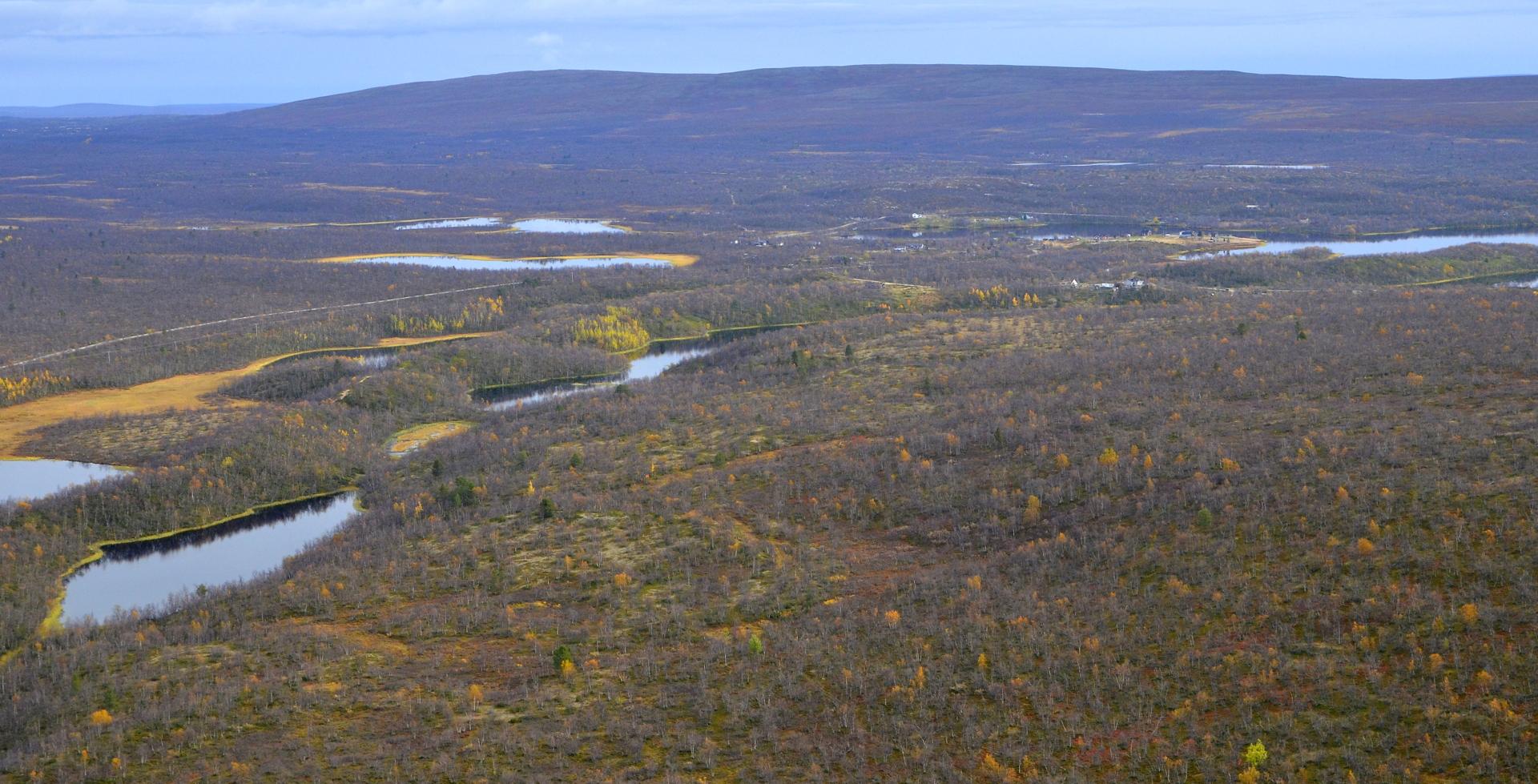 Näkkälän kylä alkaa näkyä Näkkälävaaran takaa.