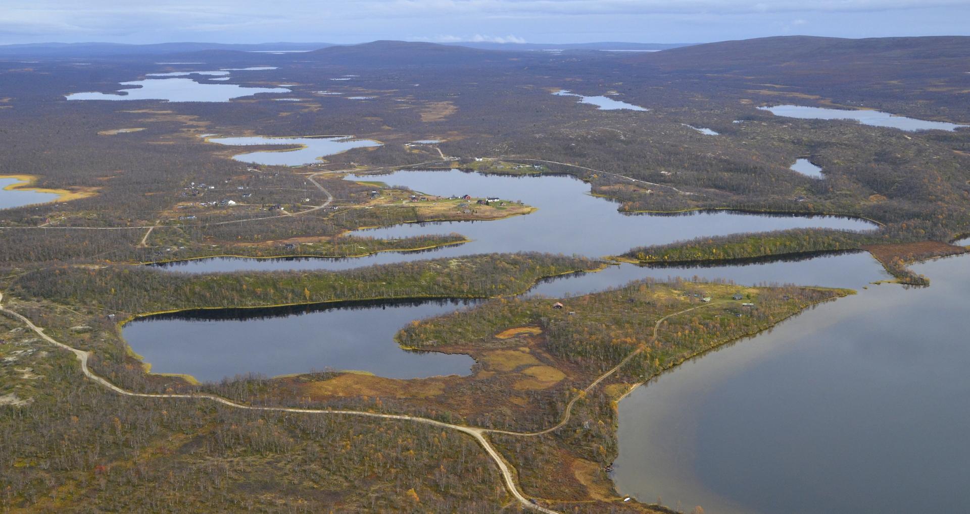 Hienot maastojen muodot ympäröi Näkkälänkylää.