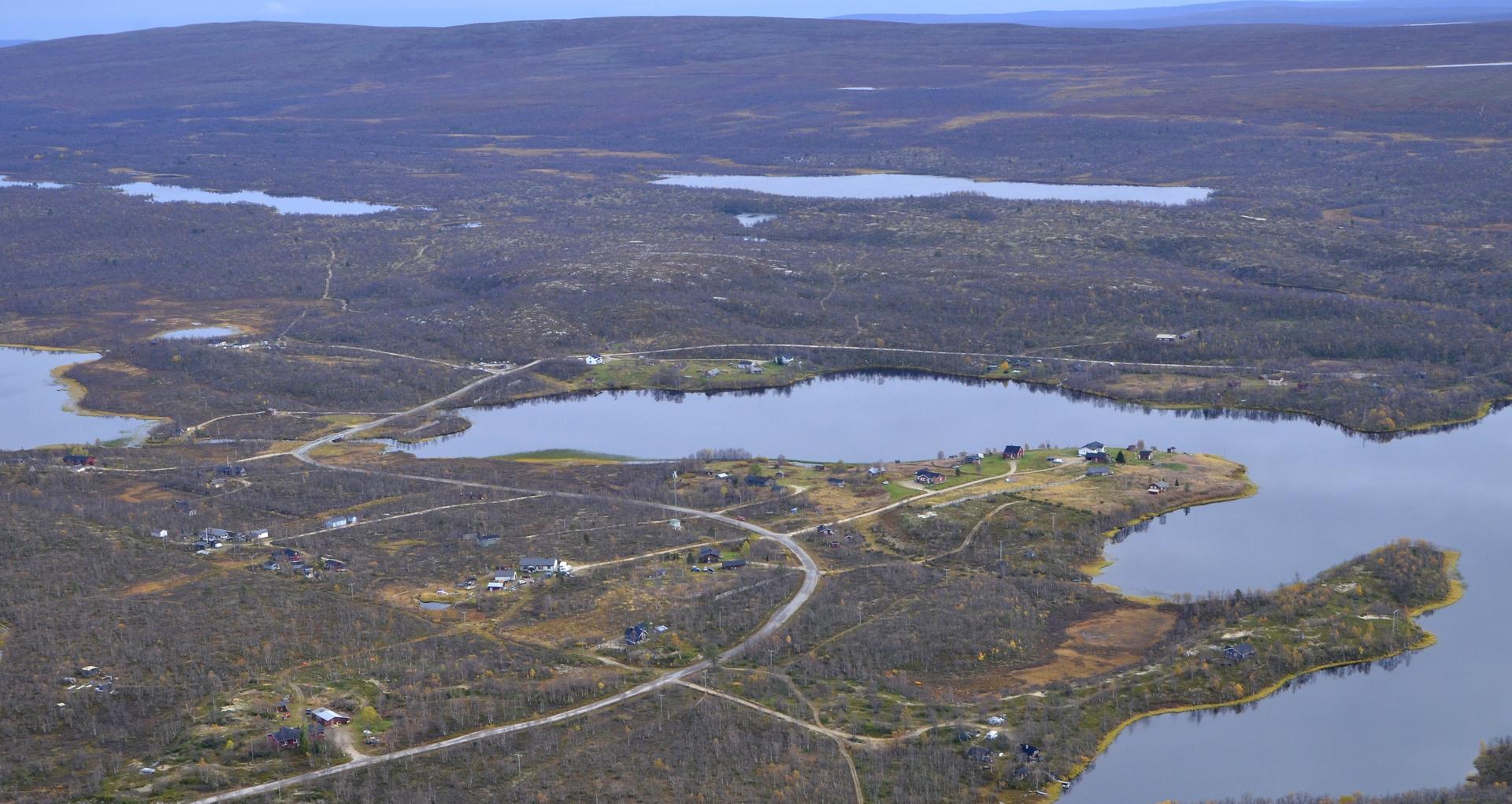 Taustalla olevan Jierstivaaran takana on Norjan rajalla Pöyrisjärvi.