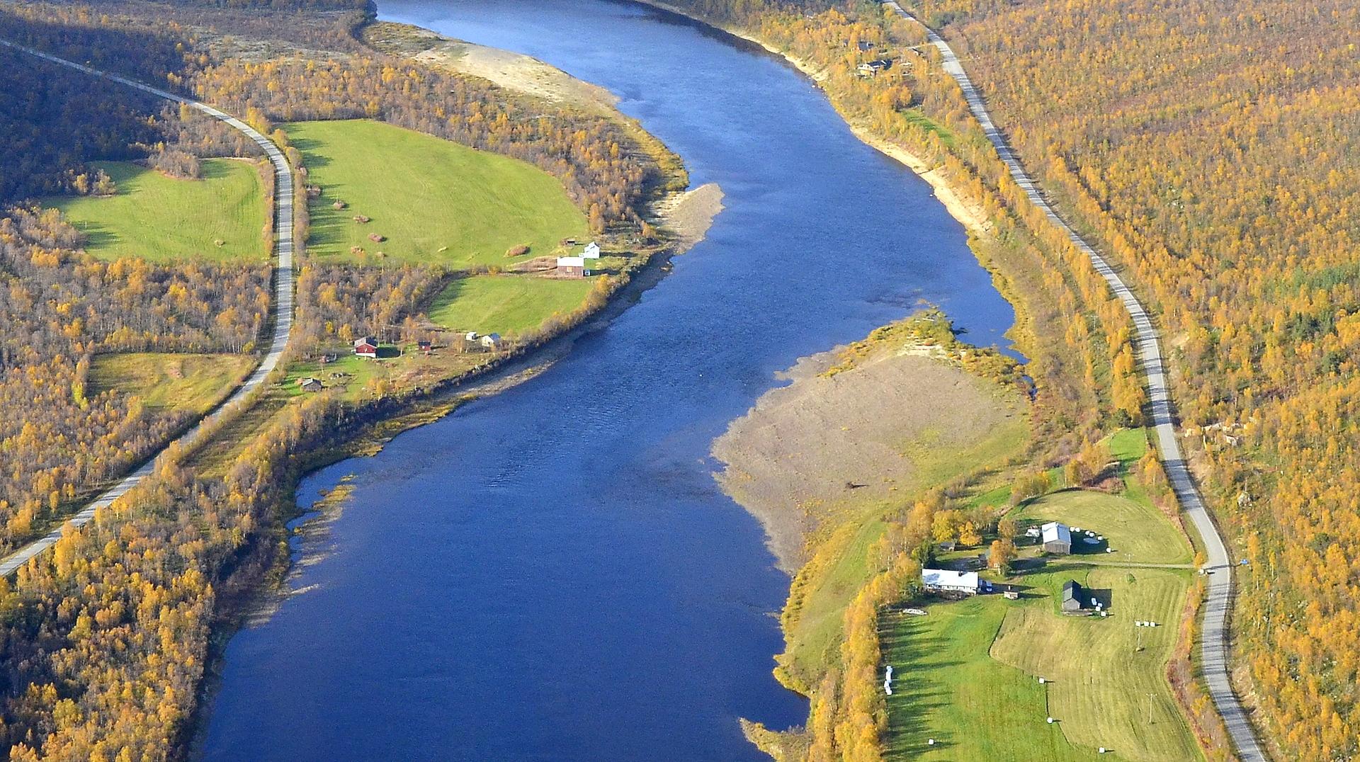 Seitala joen oikealla puolella.