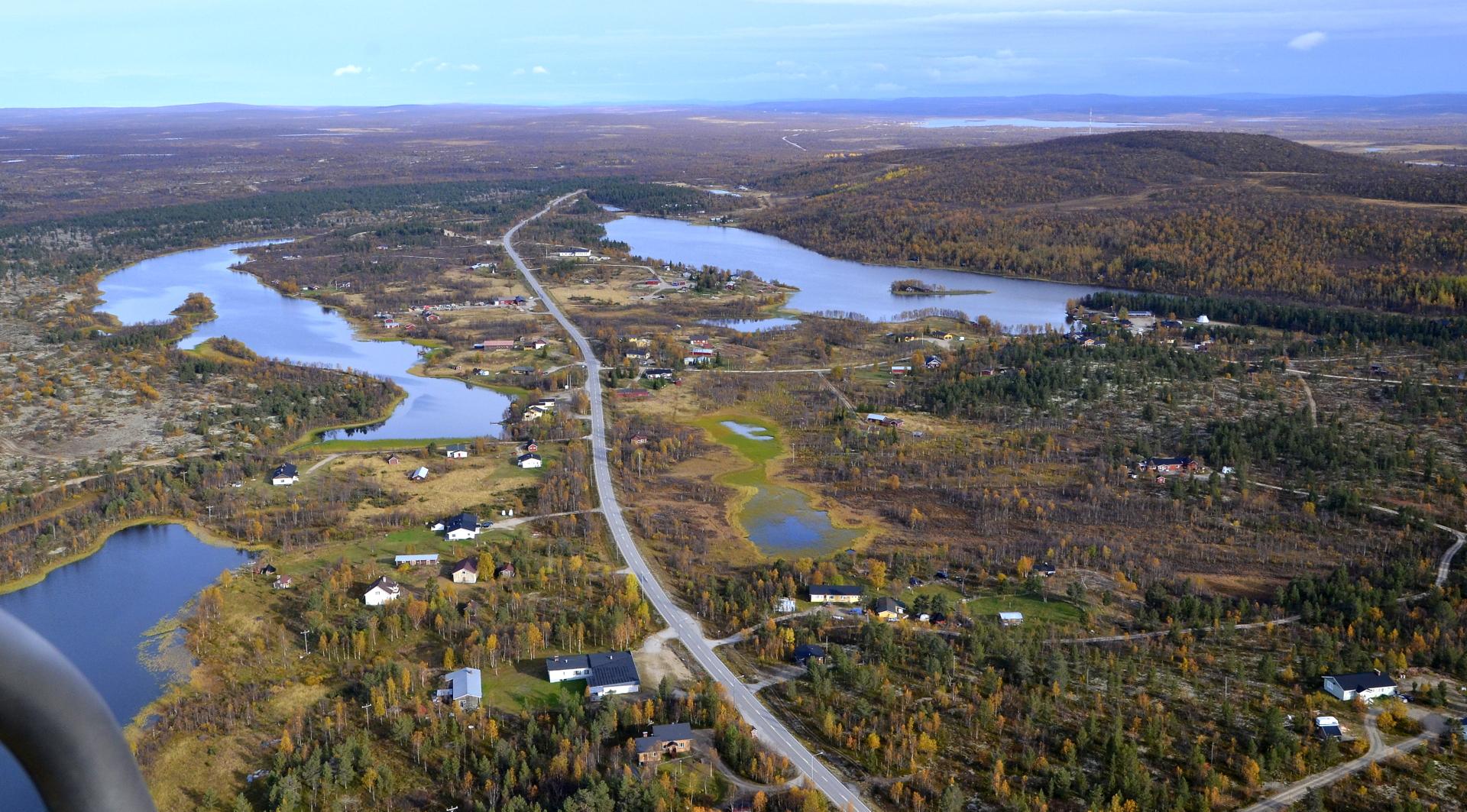 Leppäjärvi pohjoisen suuntaan kuvattuna. Kylän halkoo Hetta-Kautokeino tie.