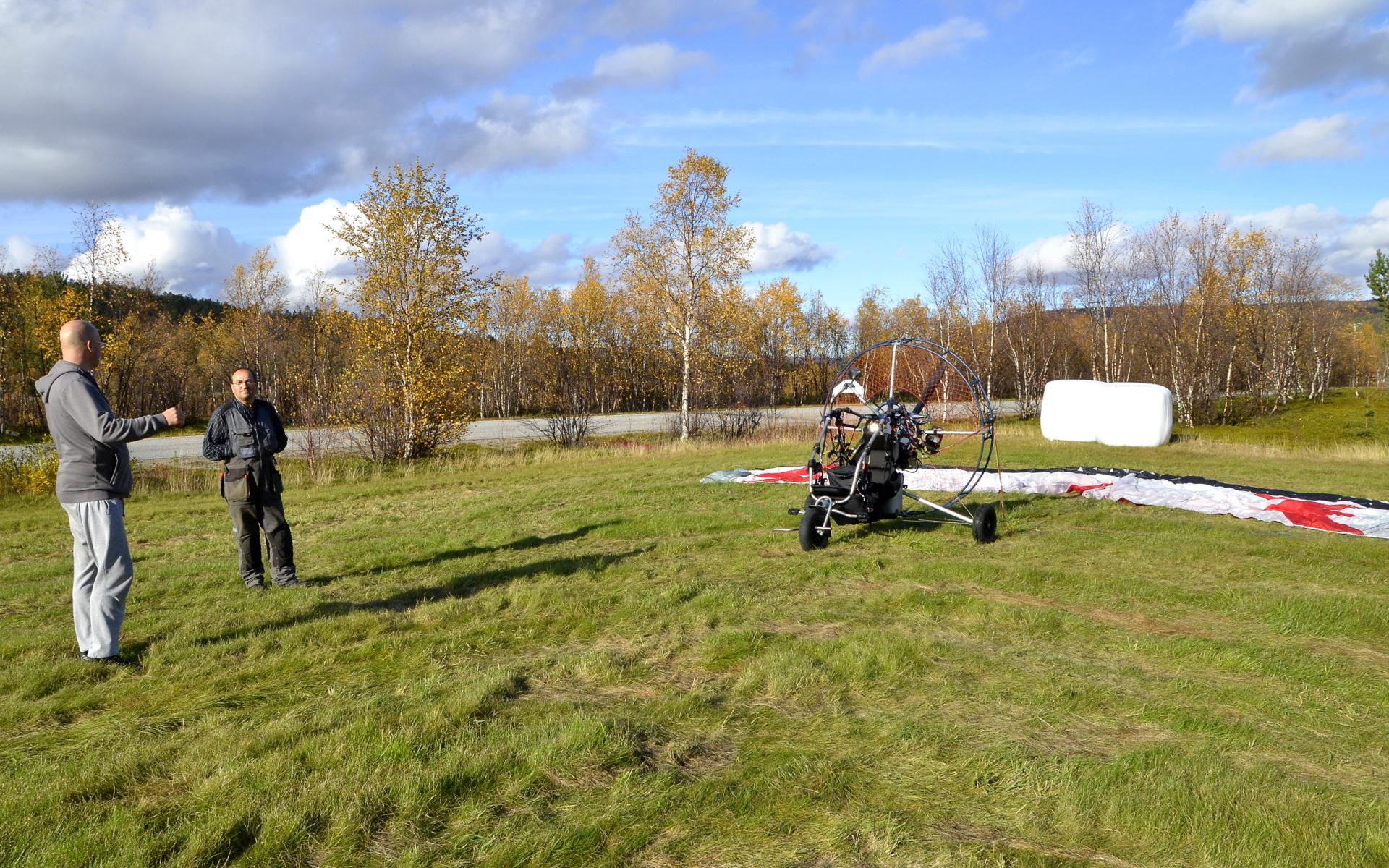 """Yövyttiin Karigasniemellä. Iltapäivällä taivas aukeni lennolle Tenojoen vartta kohti Utsjokea. Rovisuvannon poroisäntä luovutti peltonsa """"lentokentäksi""""."""