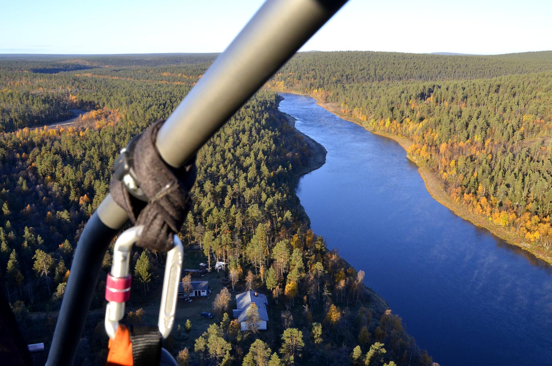 Heti ilmaan nousun jälkeen näkymää Ivalojoen rantamilta.
