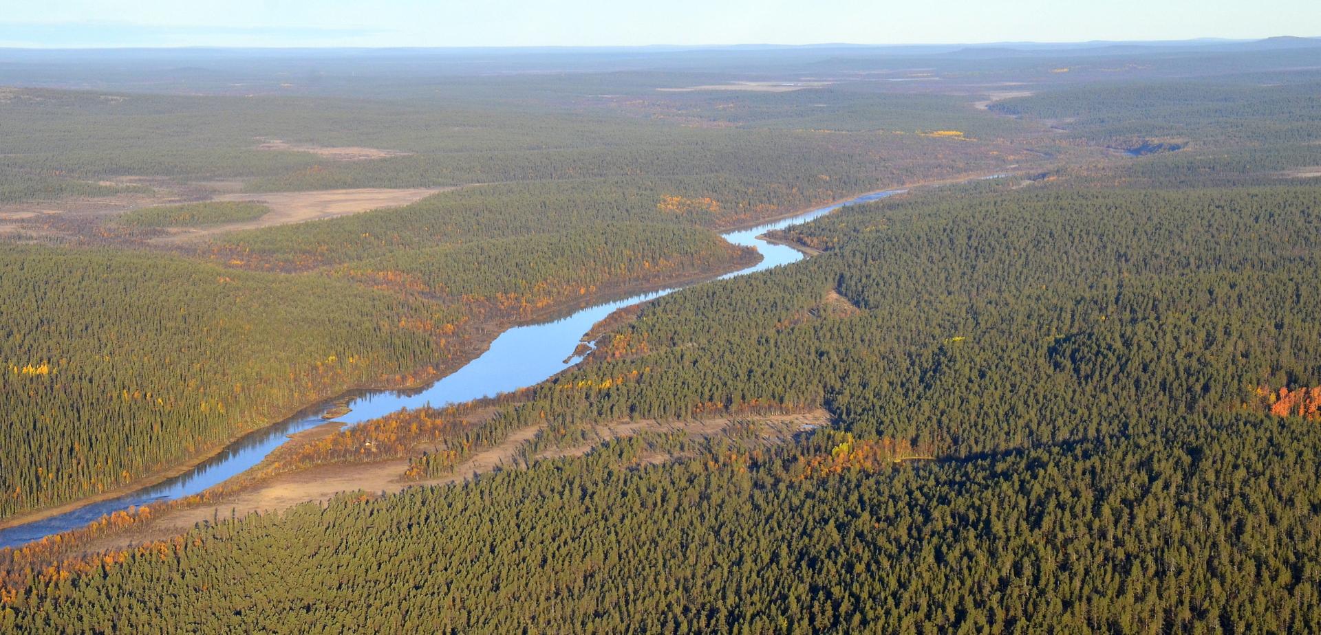 """Ivalojoen yläjuoksun suuntaan, jossa seuraava kylä on joen varressa Ivalon-Matti n.25km:n päässä """"siiventietä"""". Kiemuraista jokea pitkin melkein tupla matka."""
