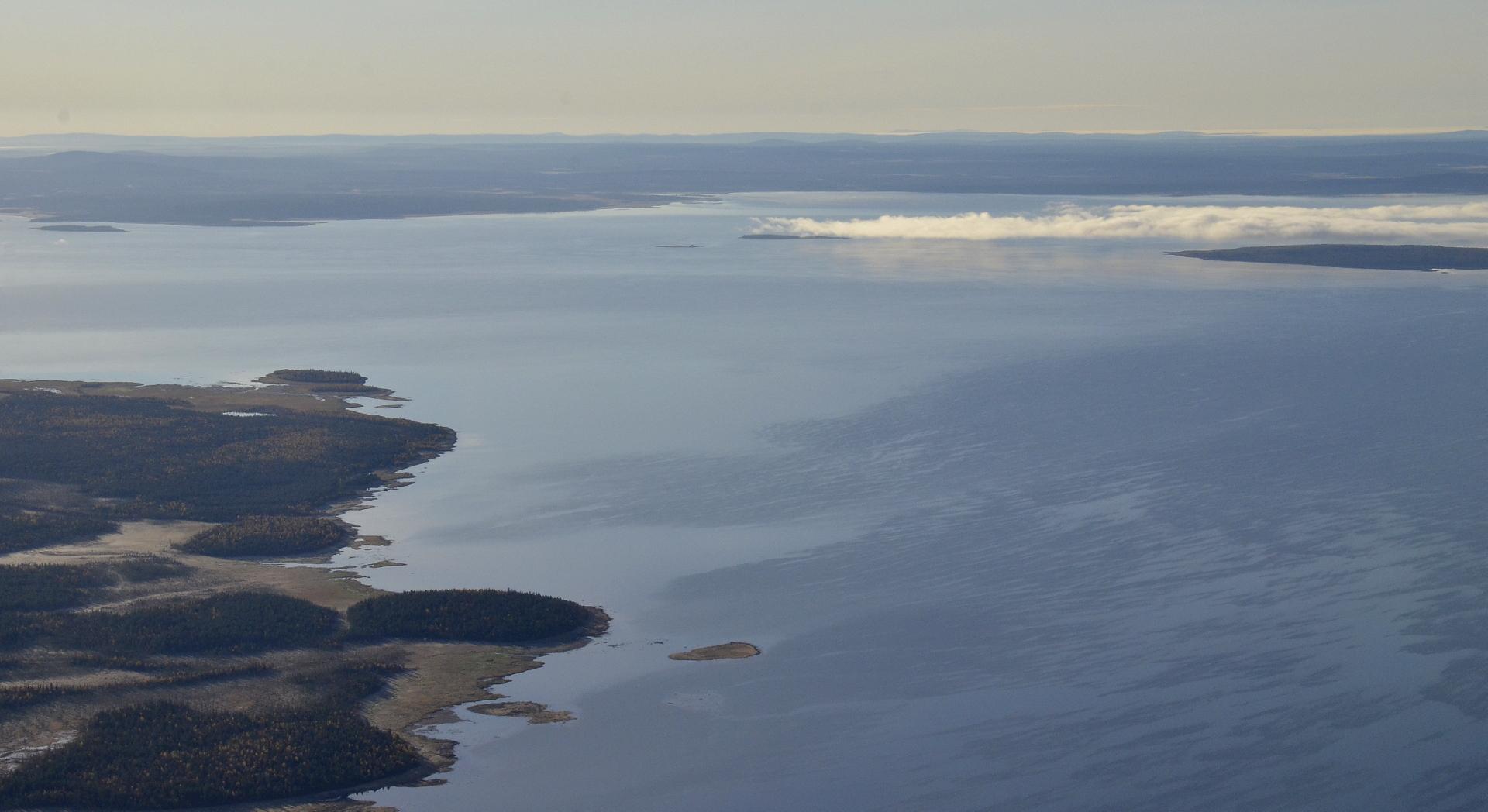 Lokan tekoallas ja sen selällä näkyvä pieni saari, jonka kohdalla aikoinaan sijaitsi Riestonkylä. Kylä on ollut sumuvanan pään vasemmalla puolella pienen saaren kohdalla. Siellä on muistomerkki kylästä.