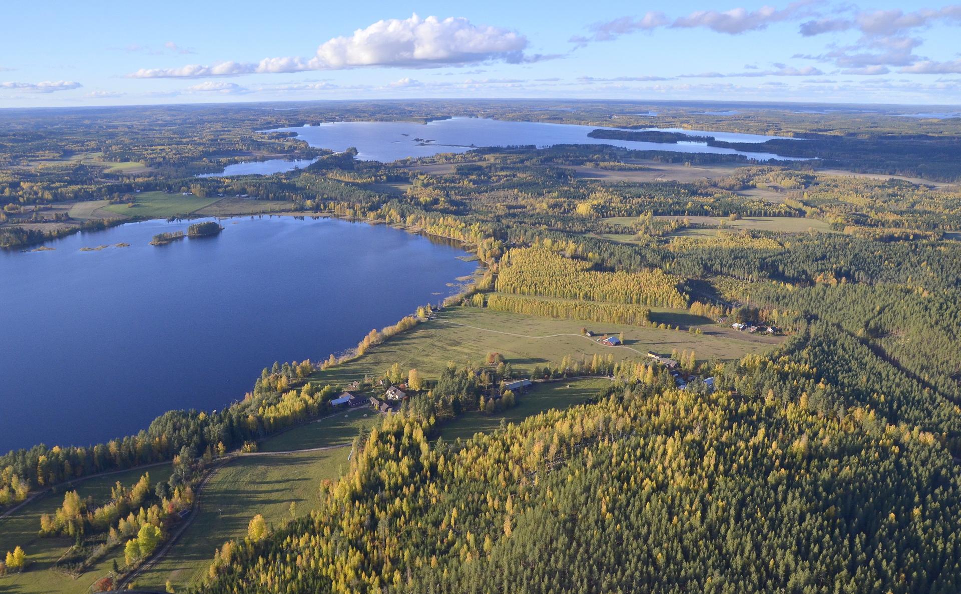 Kisakeskuksen maisemat Saarijärven suuntaan nähtynä, tuolla Summasjärven takana Saarijärvi.