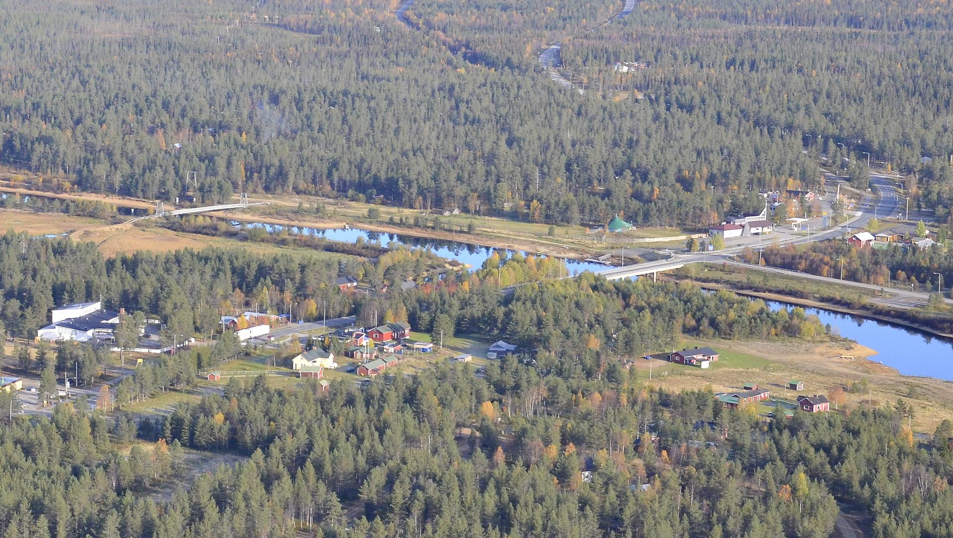Vuotson kylä jonka läpi mennään Sodankylästä mm. Saariselälle tuonne oikealle.