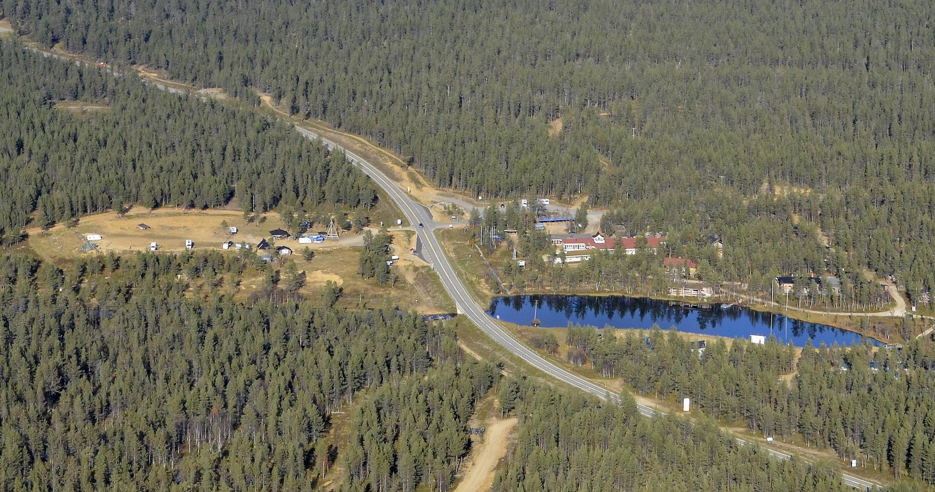 Kakslauttasen risteys, josta erkanee Kiilopäälle tie oikealle.