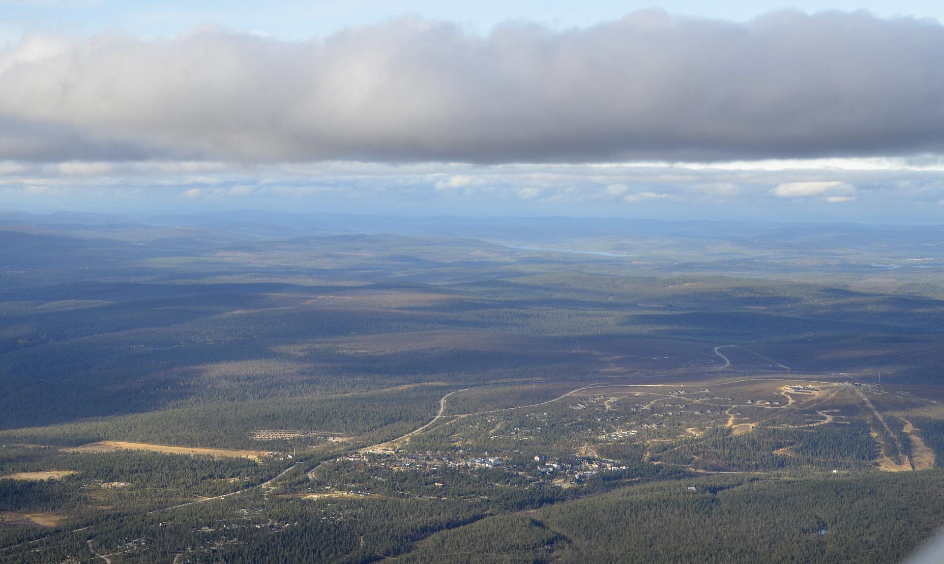 Ukonjärvi siintelee kaukaisuudessa, alhaalla Saariselän kylä.