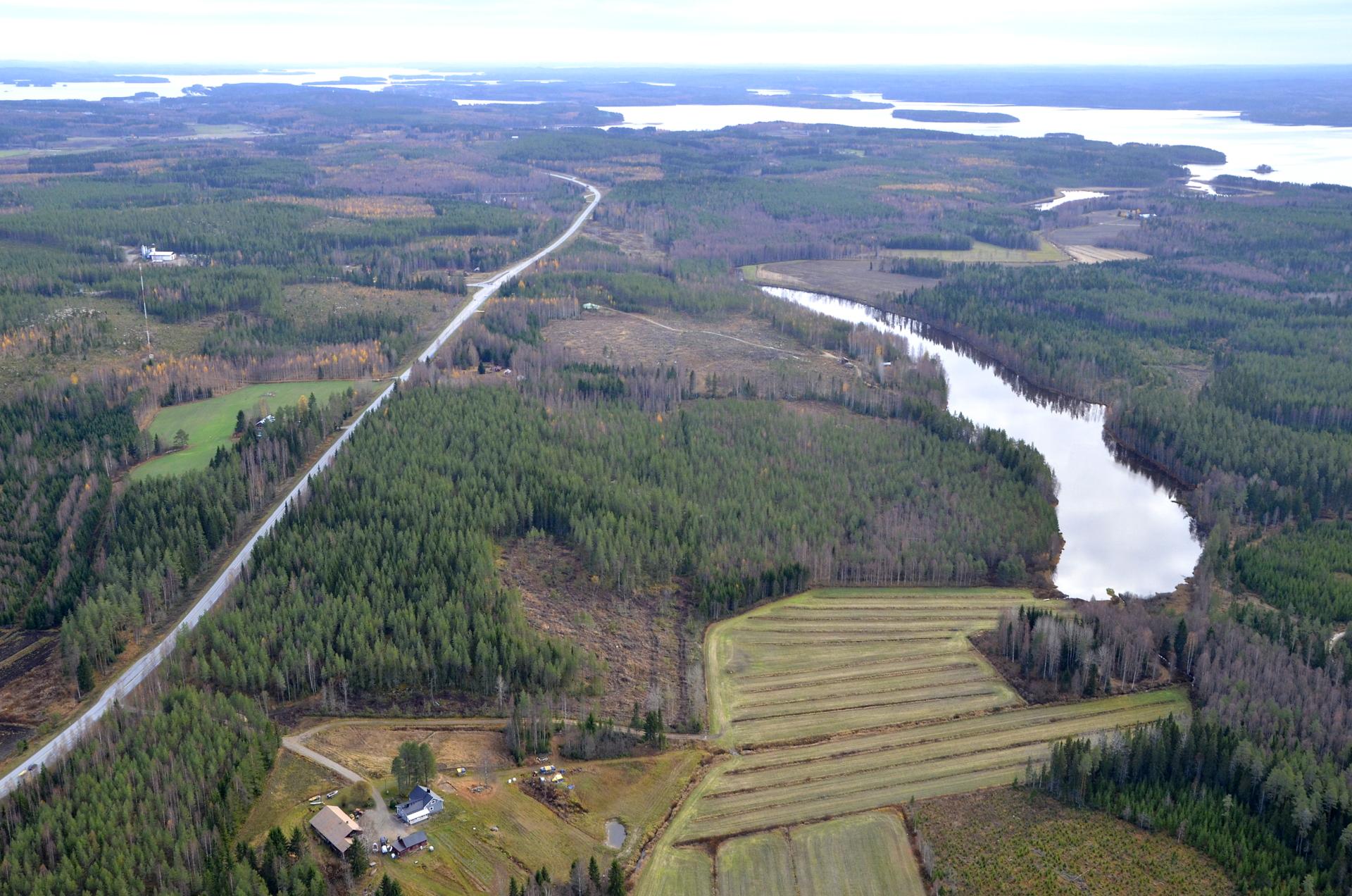 Pitkulainen järvi on Iso-Täysiä, oikealla Pihkurinselkä.