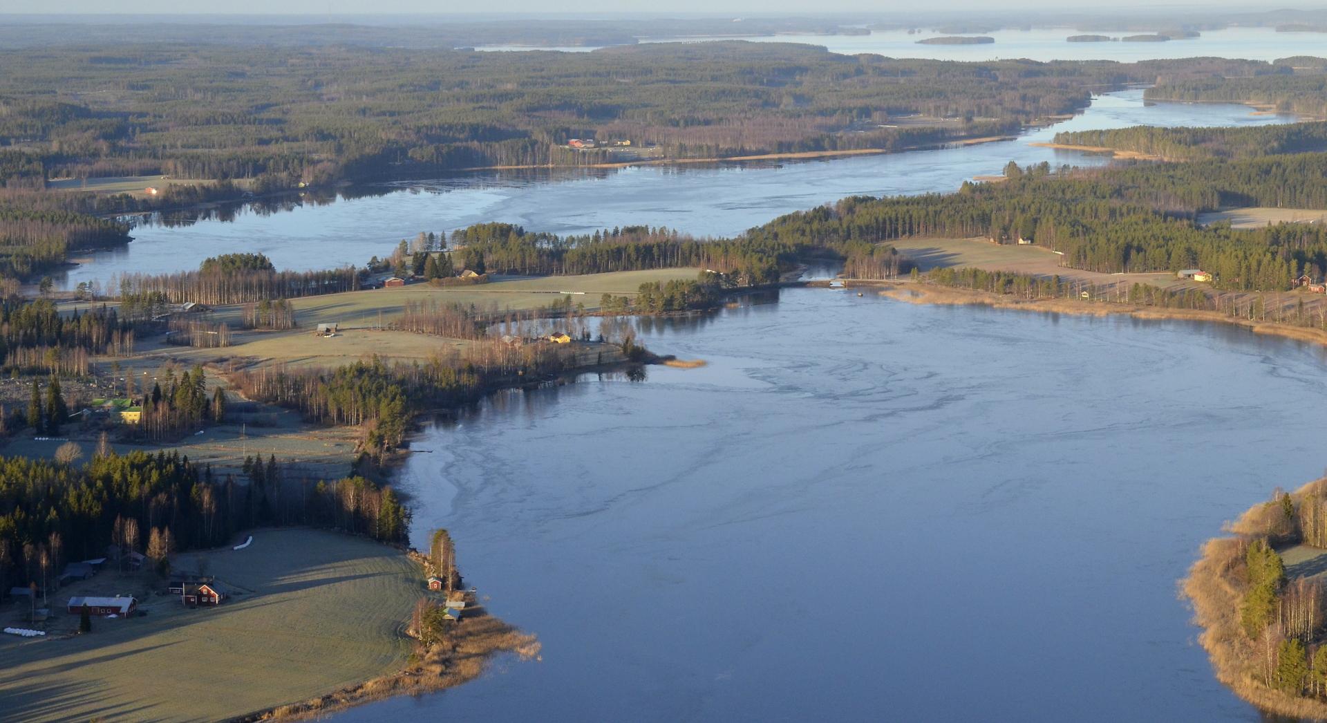 Pasalajärvessä pieni sula Törmän ja Leväniemen rannassa.