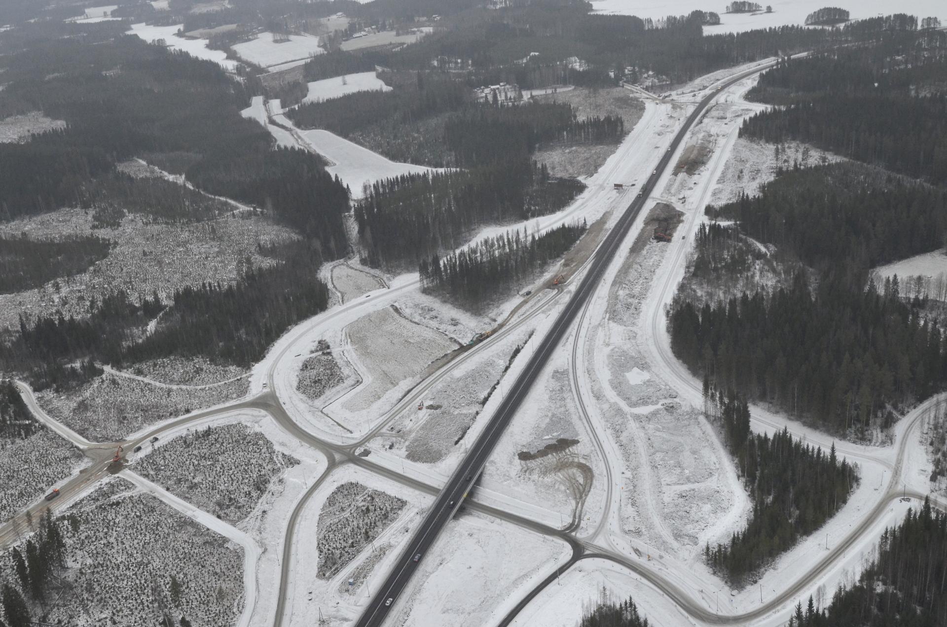 Akanniemen risteys ja kuvan yläkulmassa Mämmen / Keiteleen Myllyselkä.