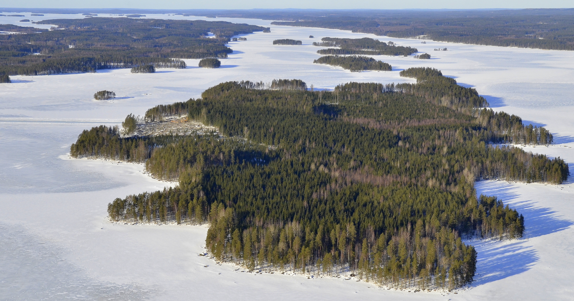 Lähimpänä Matoselkä, vasemmalla kaukaisuudessa järven takana Pihtipudas.