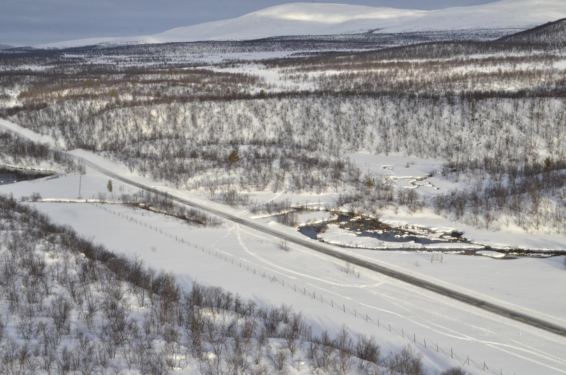 Sulaoja on nimensä mukaisesti sulana läpi vuoden. Virtaava vesi tulee viereisestä Suomen suurimmasta lähteestä. Taustalla Karigasniemen Ailigastunturi.