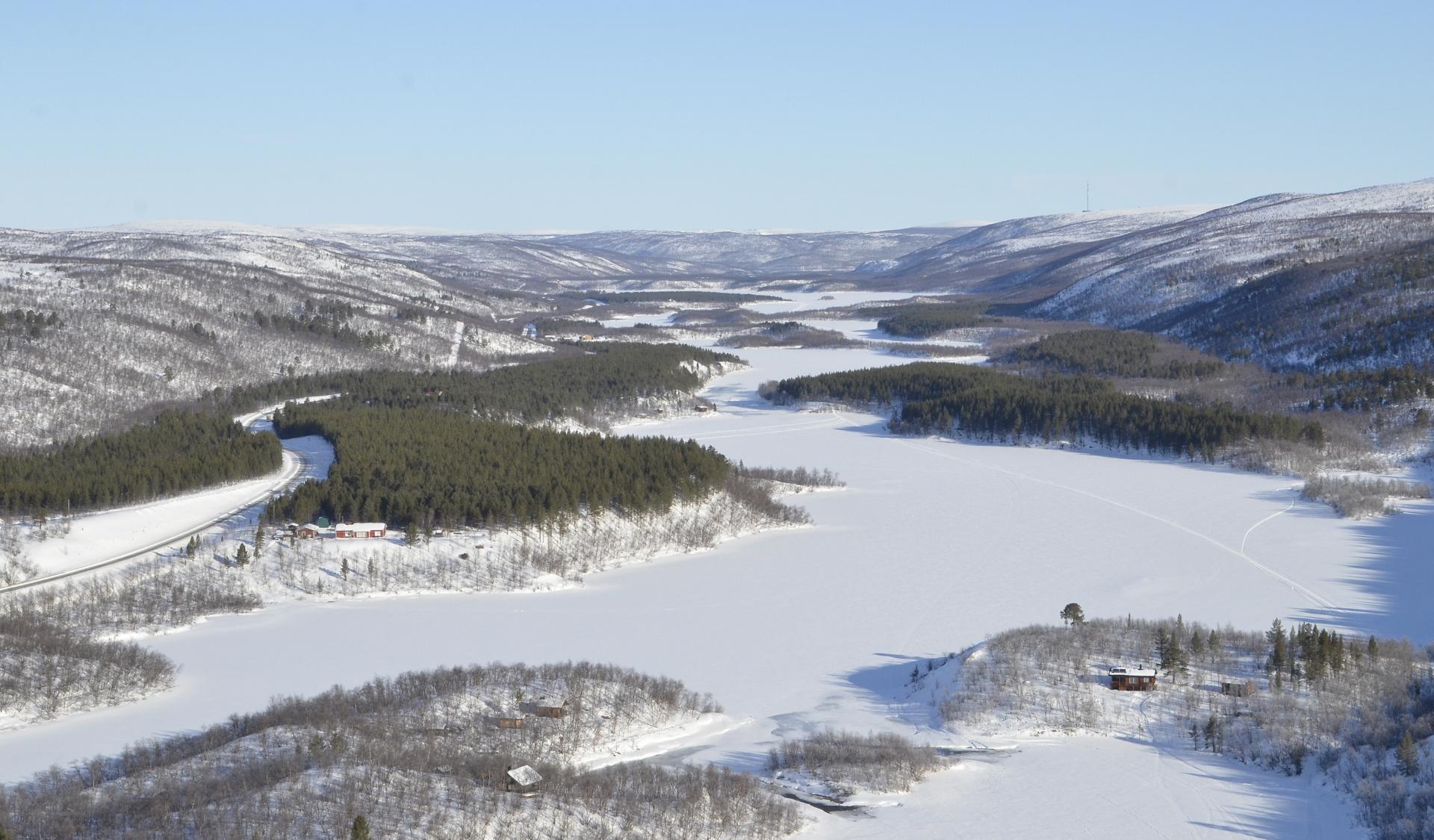 Taustalla siintää Norjan tunturit ja Utsjoen taajama.