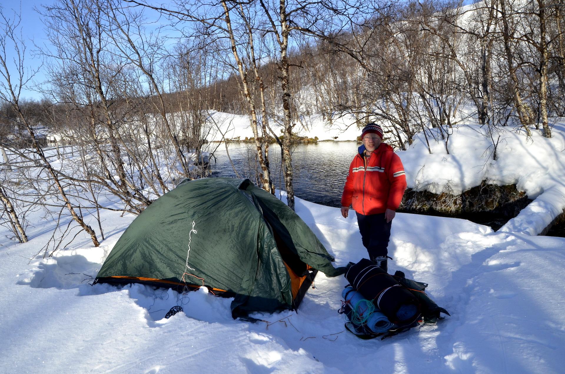 Reino Väisänen on varsinainen retkeilijä ja harrastaa talvitelttailua. Hän yöpyi Sulaojan kosken kohinan äärellä samaisen yön, kun olin Rauskajärven kämpällä.