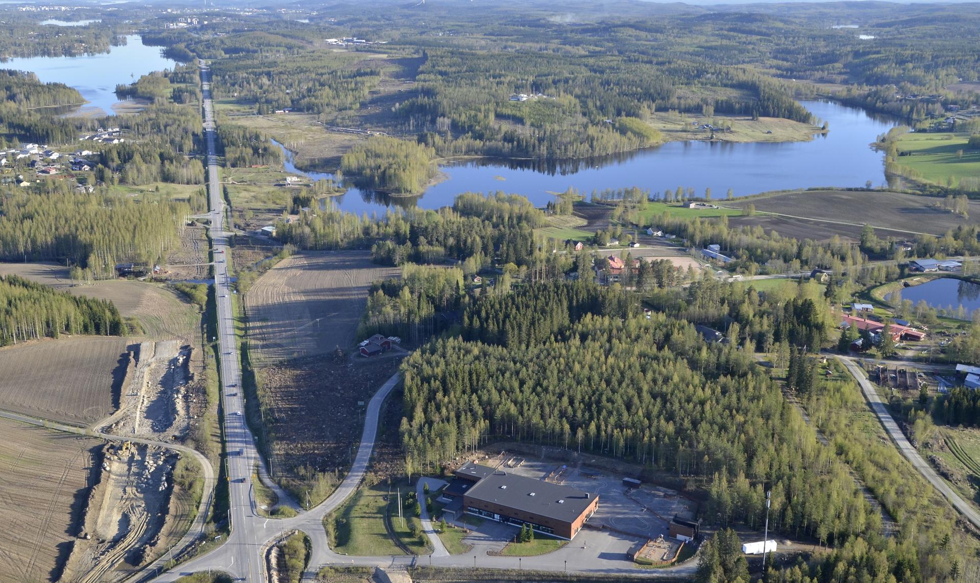 Kuvassa poikittain Korttajärvi, vasemmalla näkyy Alvajärvi.
