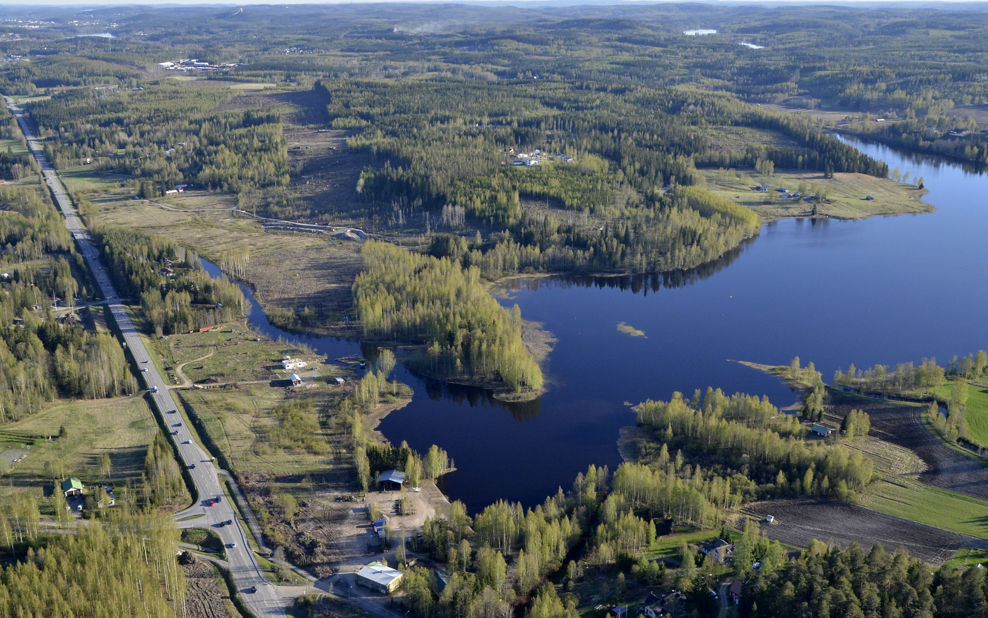 """Vasemmalle risteävä tie vie Peräpalokkaan ja Alvajärven """"takapuolta"""" Jyväskylään saakka. Kuvassa oikealle erkanee uuden tien linjaus."""
