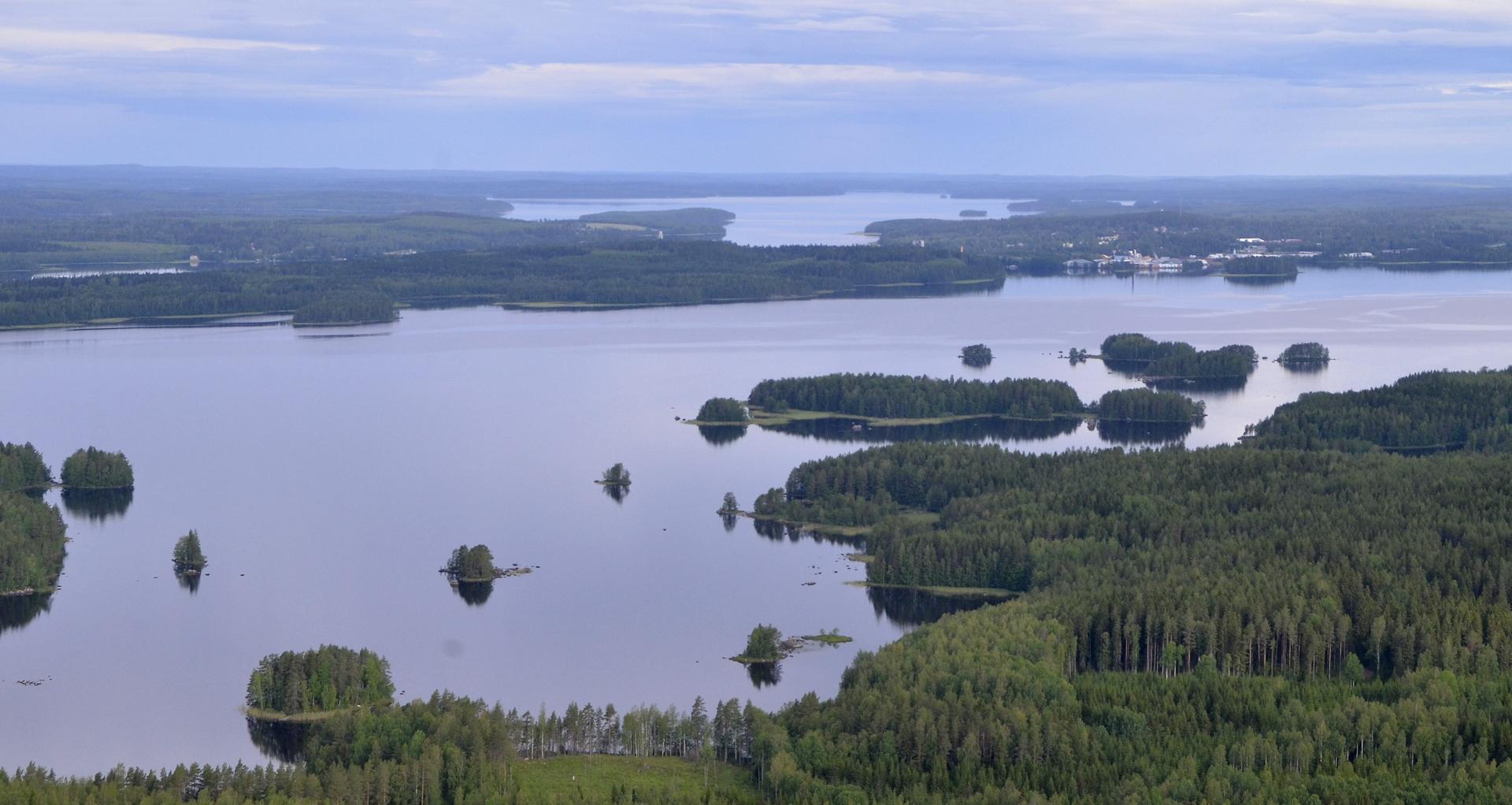"""Näkymä Kimingiltä Viitasaaren """"kirkonkylän"""" suuntaan. Taustalla Pihkurinselkä."""