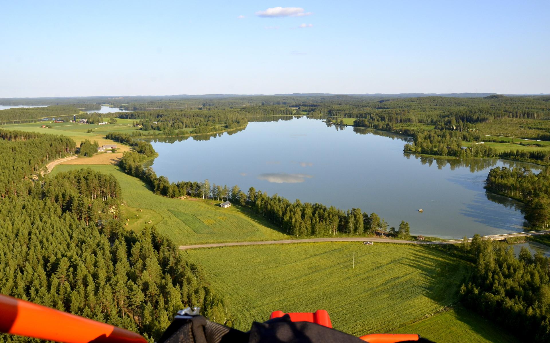 Pasalajärvi jonka kaislat niitettiin tänä kesänä. Jonkin verran irtosi niiton ansiosta ravinteita rannoilta ja sinilevää oli melko runsaasti tänä kesänä.ta rannoilta