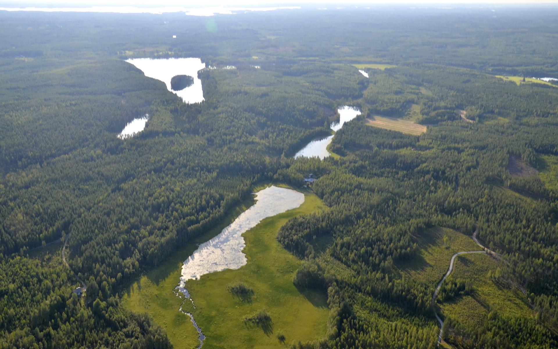 Valkeisjärven kylää, lähin järvi on Koivujärvi.