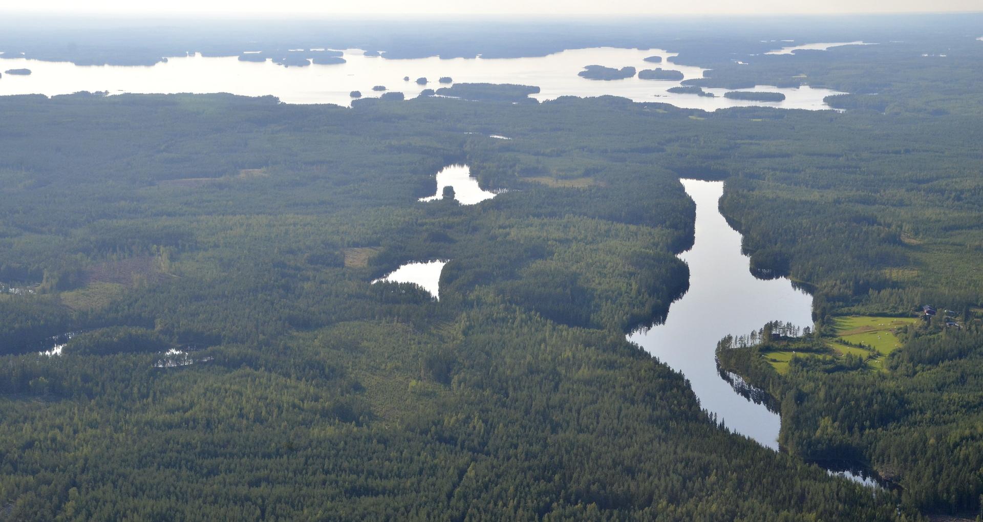 Pitkäjärvi Nurkkaperän kupeella.Taustalla Kivijärven Kinnulan puoleinen pää.