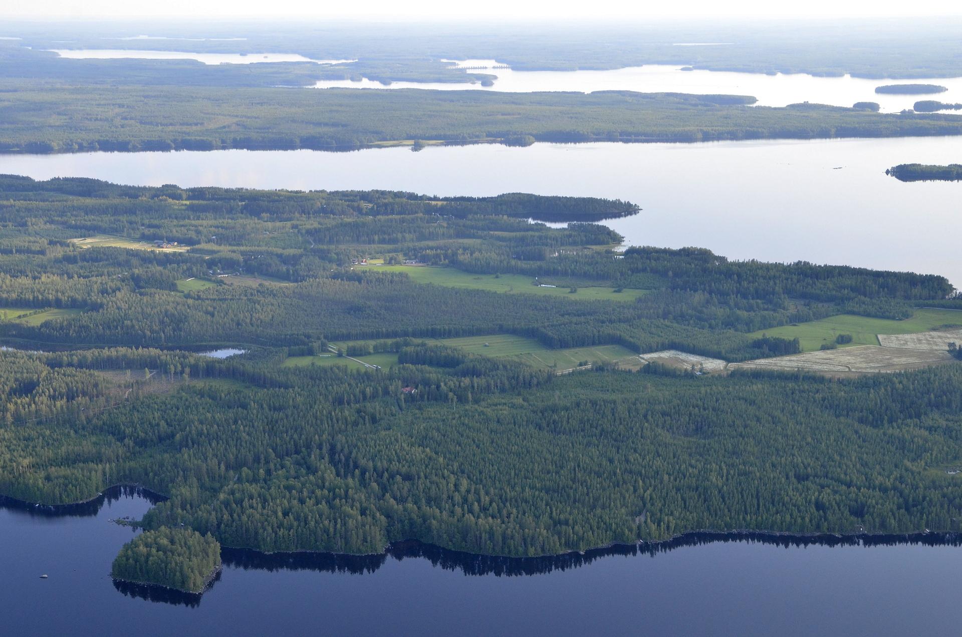 Lokakylä Kivijärven kupeella.