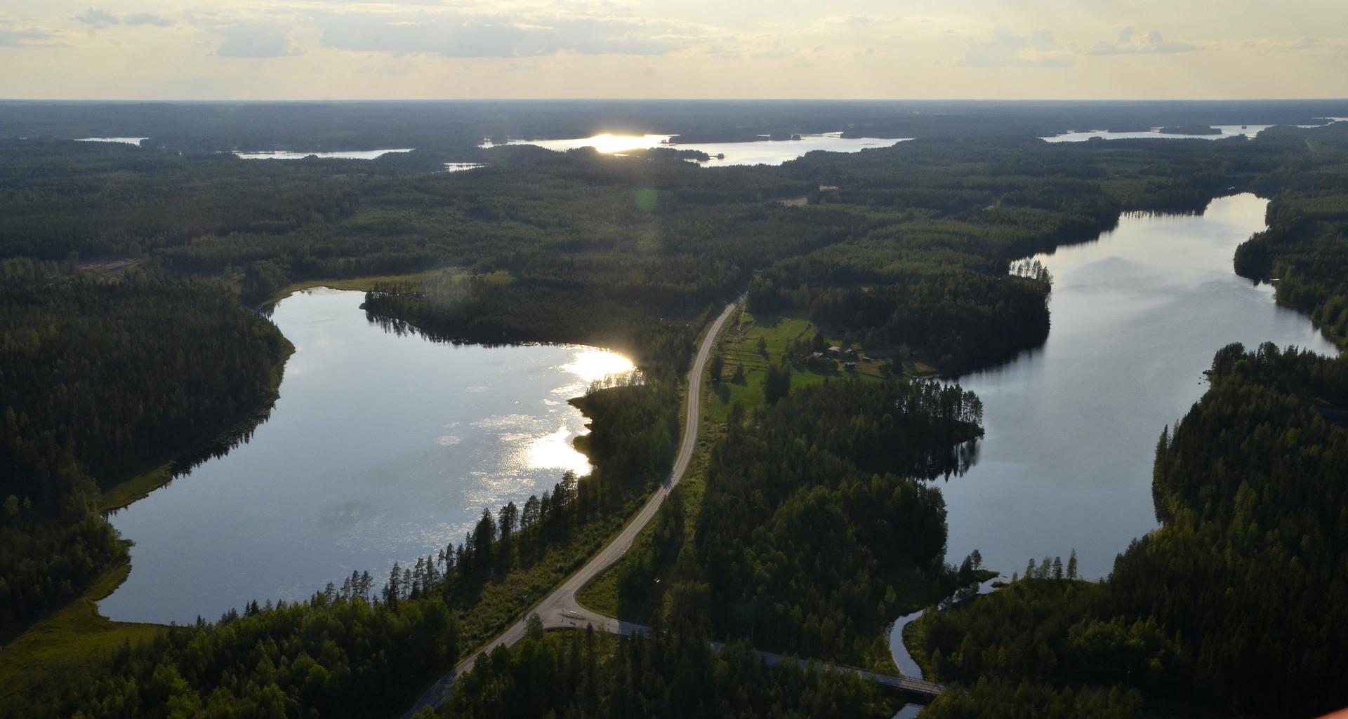 Mustalaistien ja Kinnulantien risteys Naarajärvien pohjukassa.