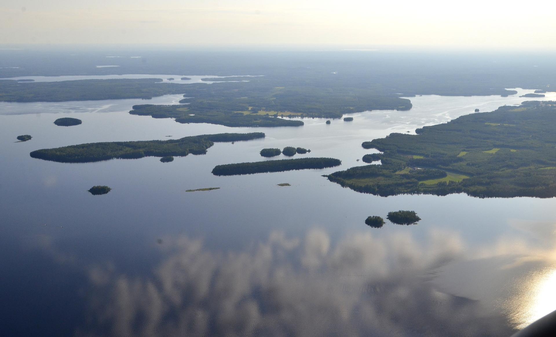 Oikealla Koivuniemi kun ylitän Kivijärven selän.
