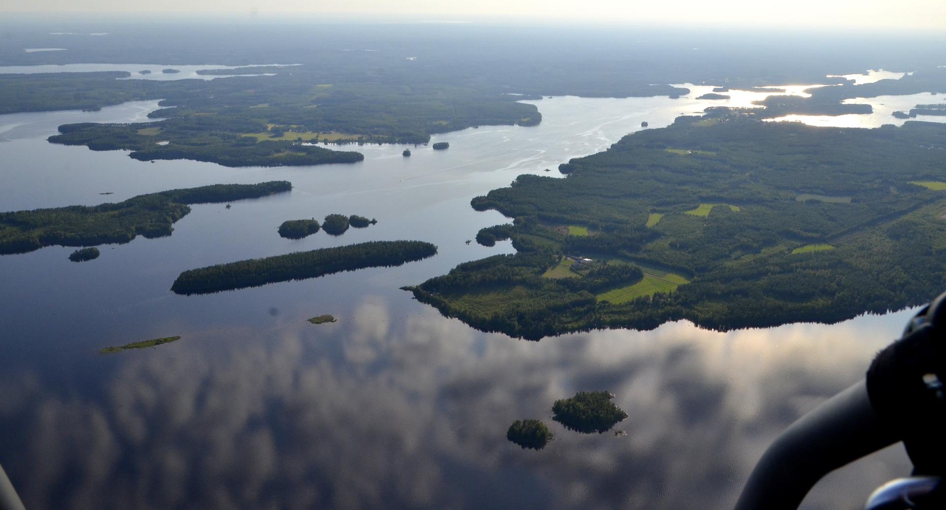 Oikealla näkyy jo Kivijärven taajama Kirkkosalmen vieressä.