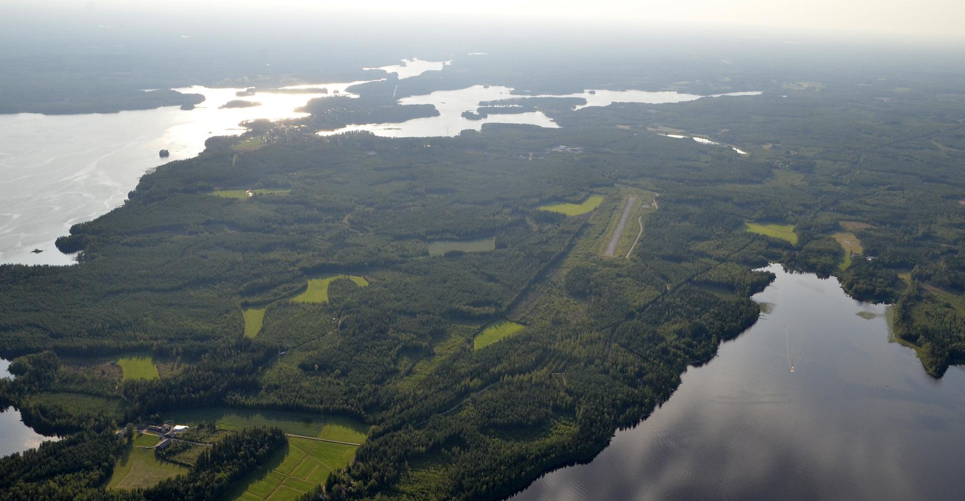 Kivijärven lentokenttä Härkämönperällä. Alun alkaen oli suunnitelma käydä kentällä tankkaamassa, mutta jätän sen nyt väliin.
