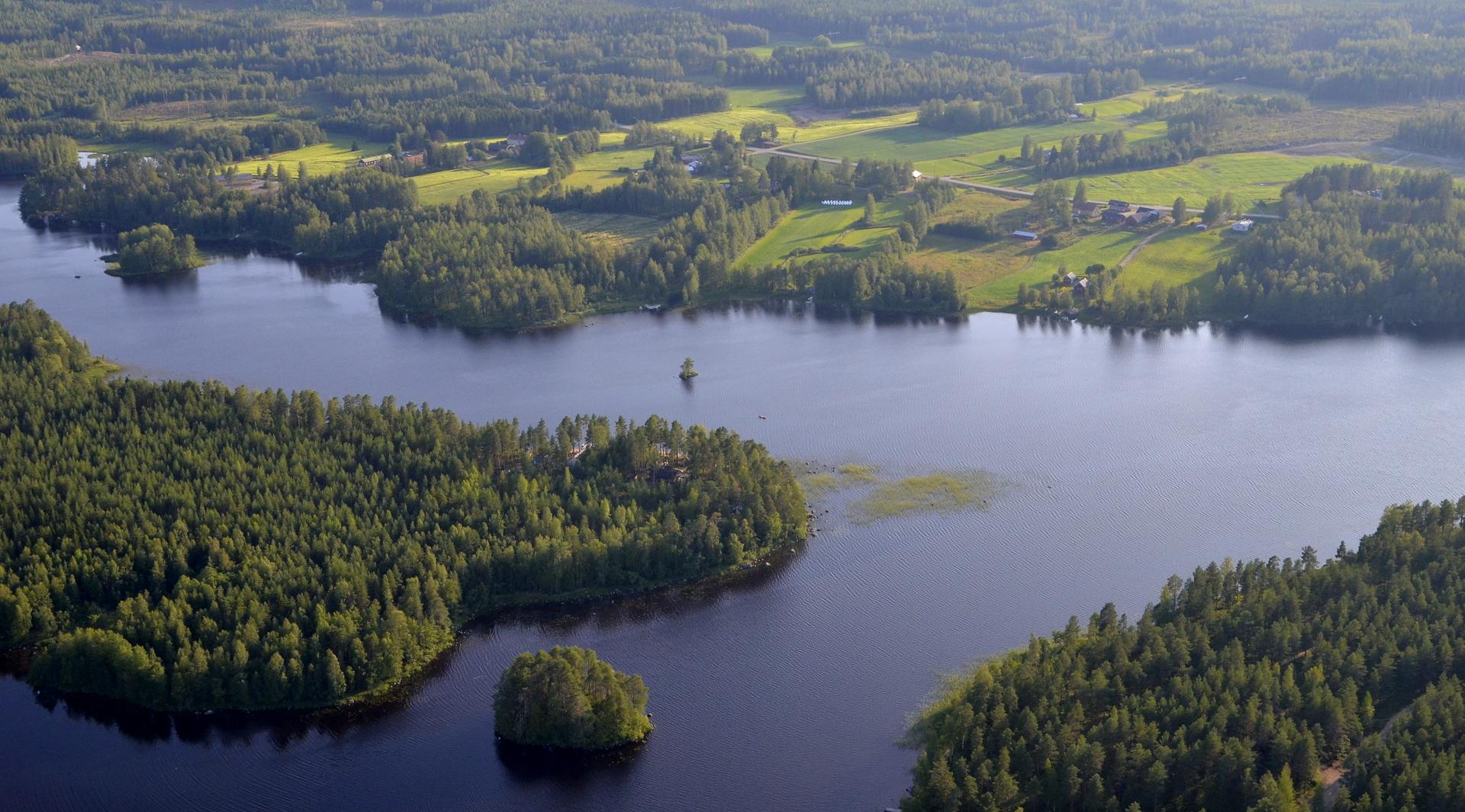 Salmen takana Tiironkylä.