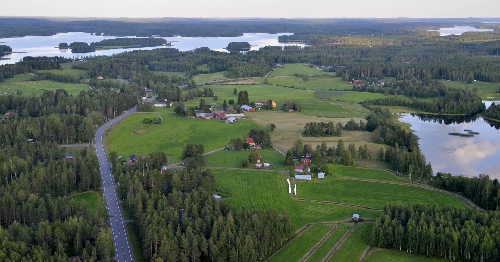 Muholankylä, vasemmalla Kivijärveä.