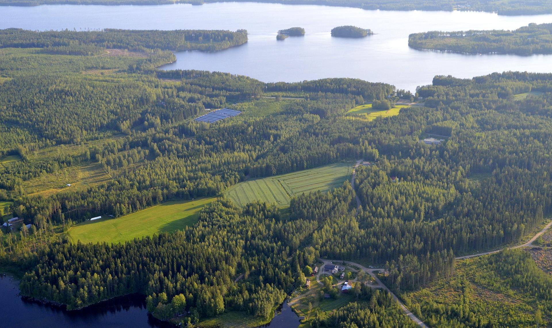 Taustalla Heitjärvi joka jää lentosuunnassa oikealle. lähimpänä alla Kivijärven Myllylahti.