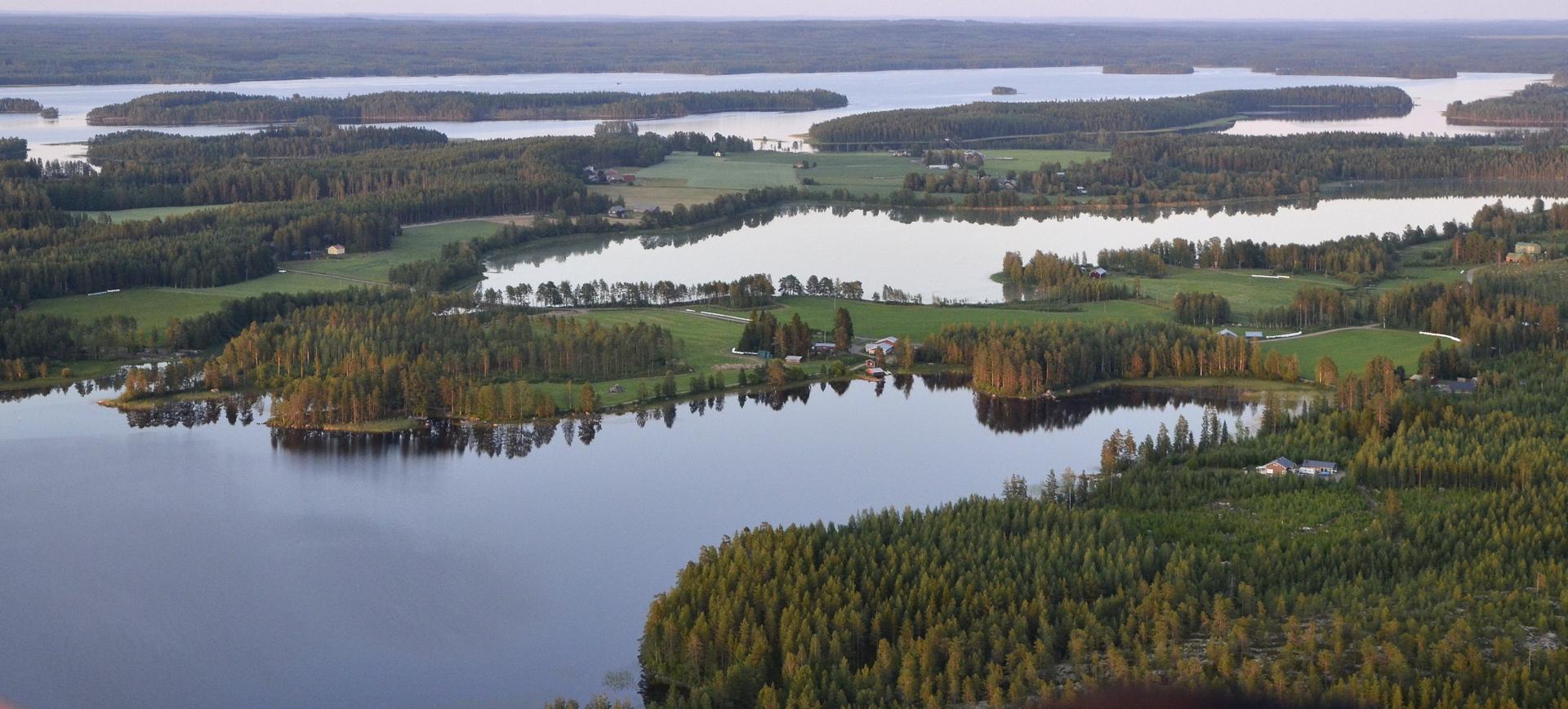 Kolima, kannaksen takana Pasalajärvi ja vielä Kolimaa taaimmaisena.