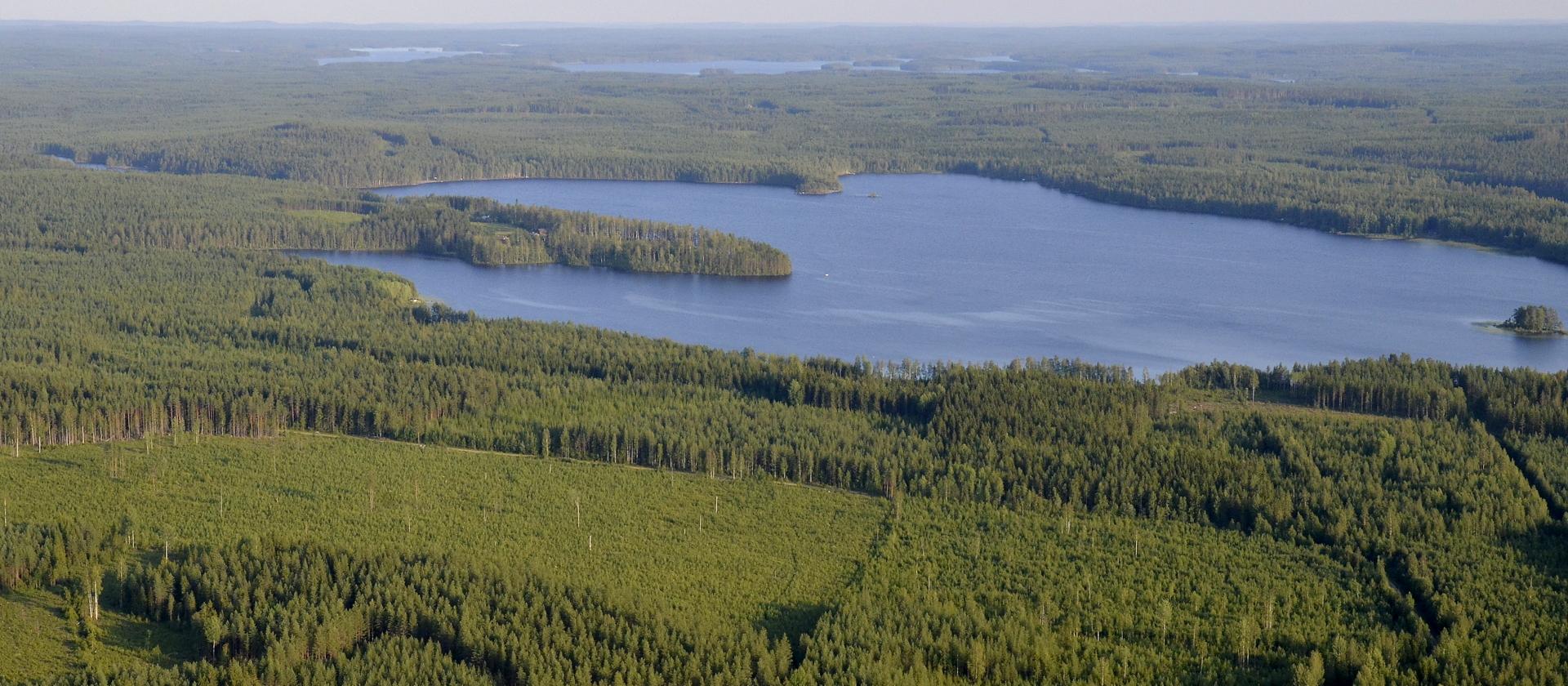Hetken lennon jälkeen on oikealla Ala-Viivajärvi.