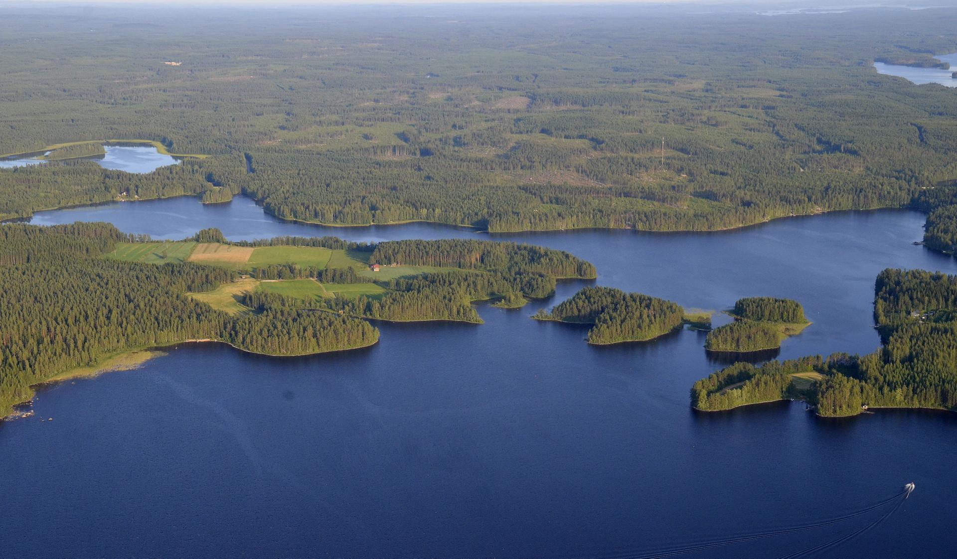 Sepänlahden tila vasemmalla niemessä. Saarien takainen vesi on Saarimainen.