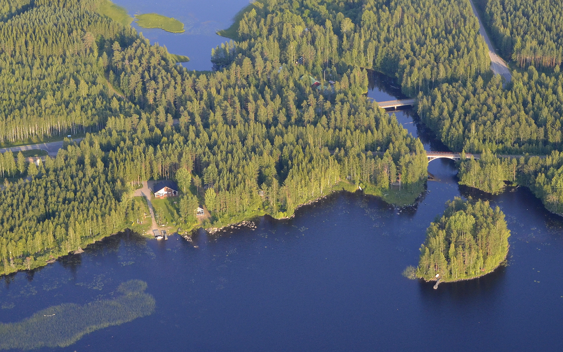 Potmonkoski ja sillat. Kuvassa ylhäällä Potmonjärvi.