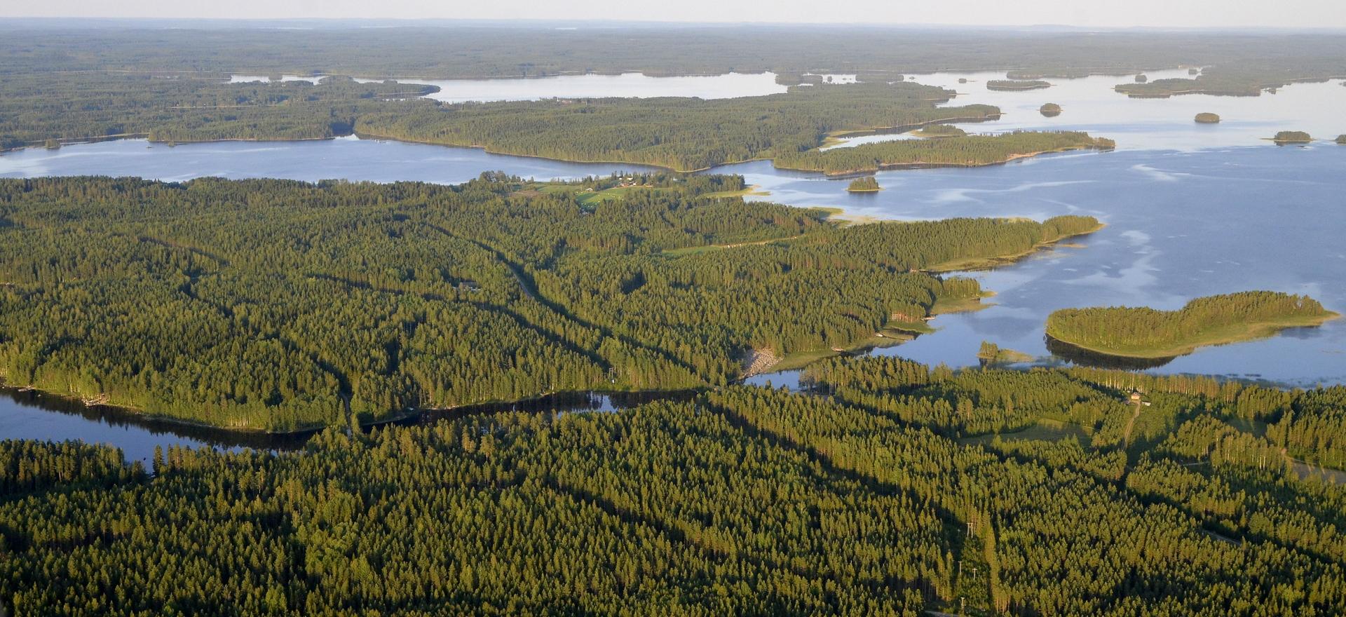 Vesistö oikealla on Vuosjärvi. Iso saari edessä Hotakansaari.