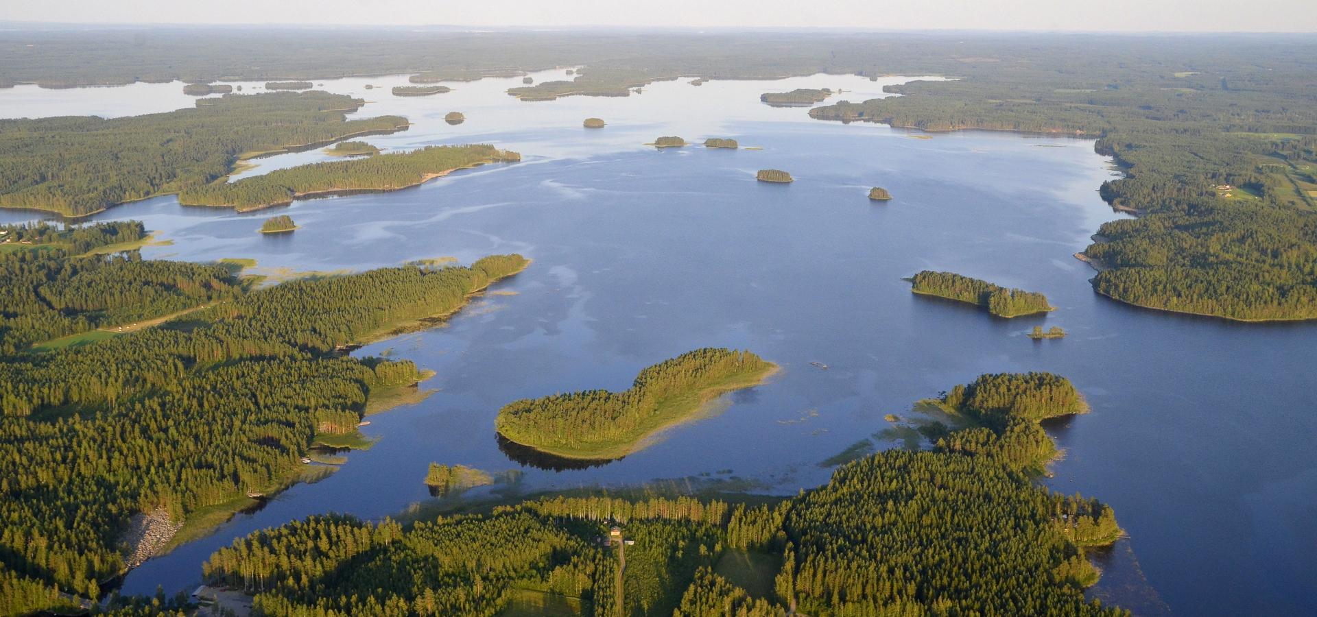 Vuosjärvi menosuunnassa oikealla. Tuolla järven takalaidalla Vuorilahti.