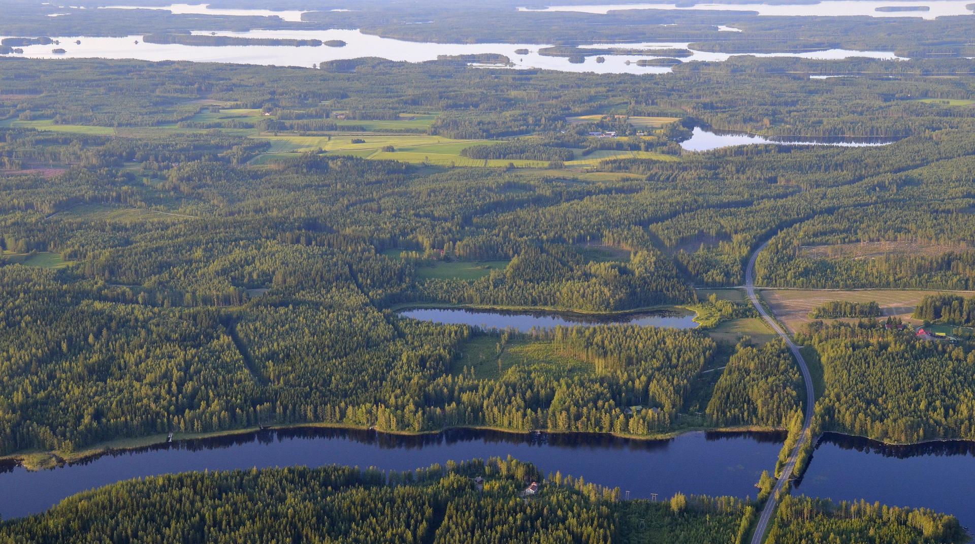Lähimpänä Vihtasalmi, mantereen takana Muuruejärvi.
