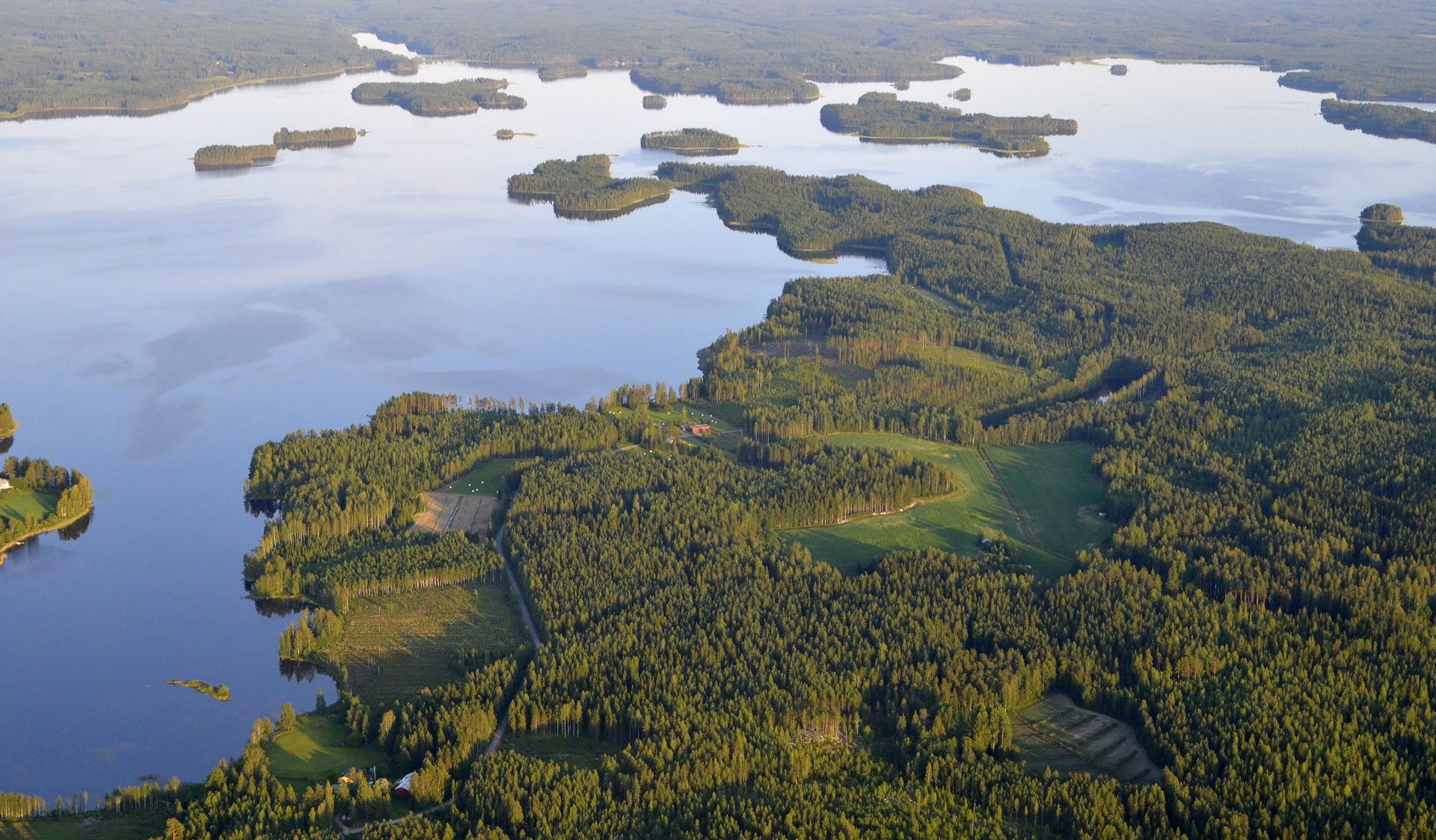 Korosniemi. Vuosjärven takana kapea Vuorilahti.