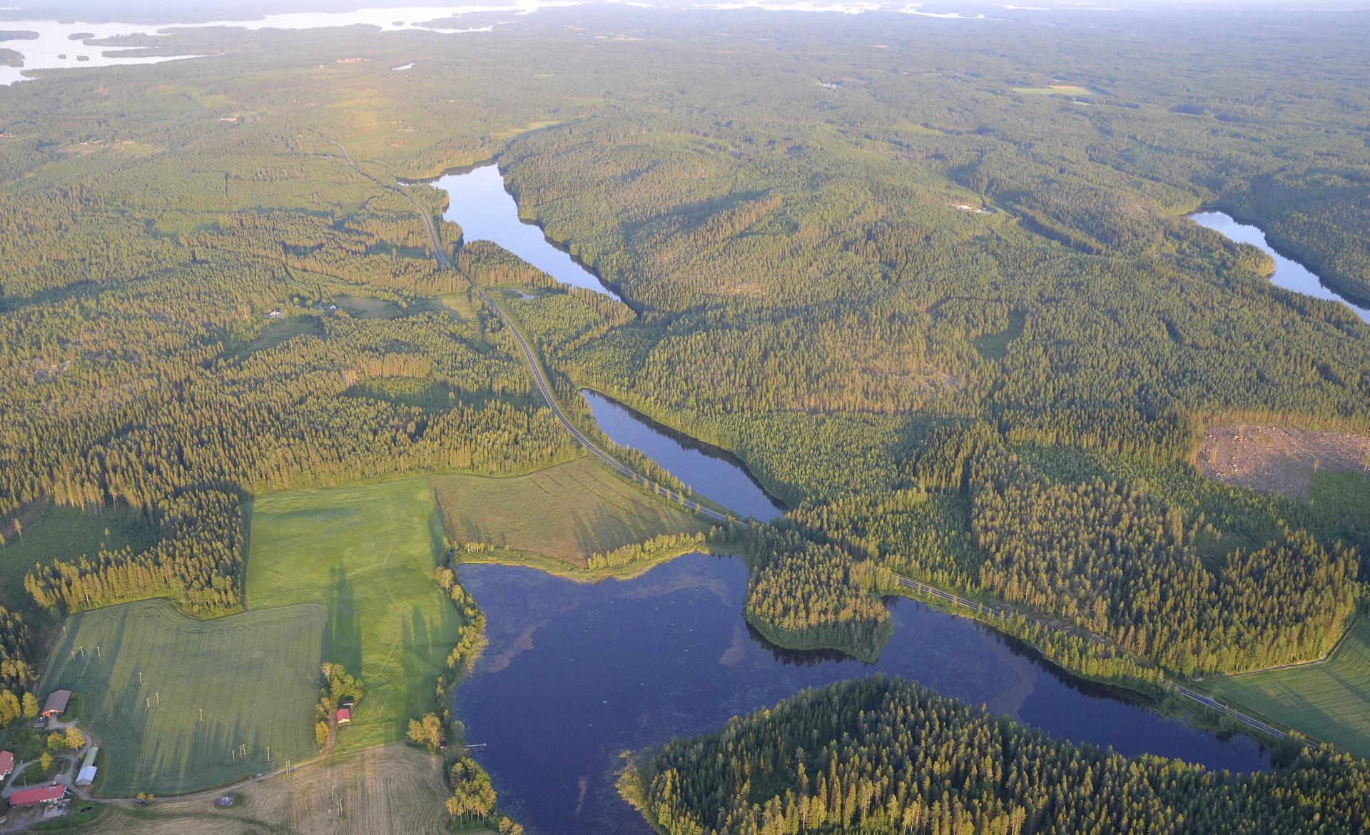 Keskellä Hakovuori, sen vasemmalla puolella Hakojärvi. kuvan oikeassa laidassa Kalliojärvi ja Koljatti.